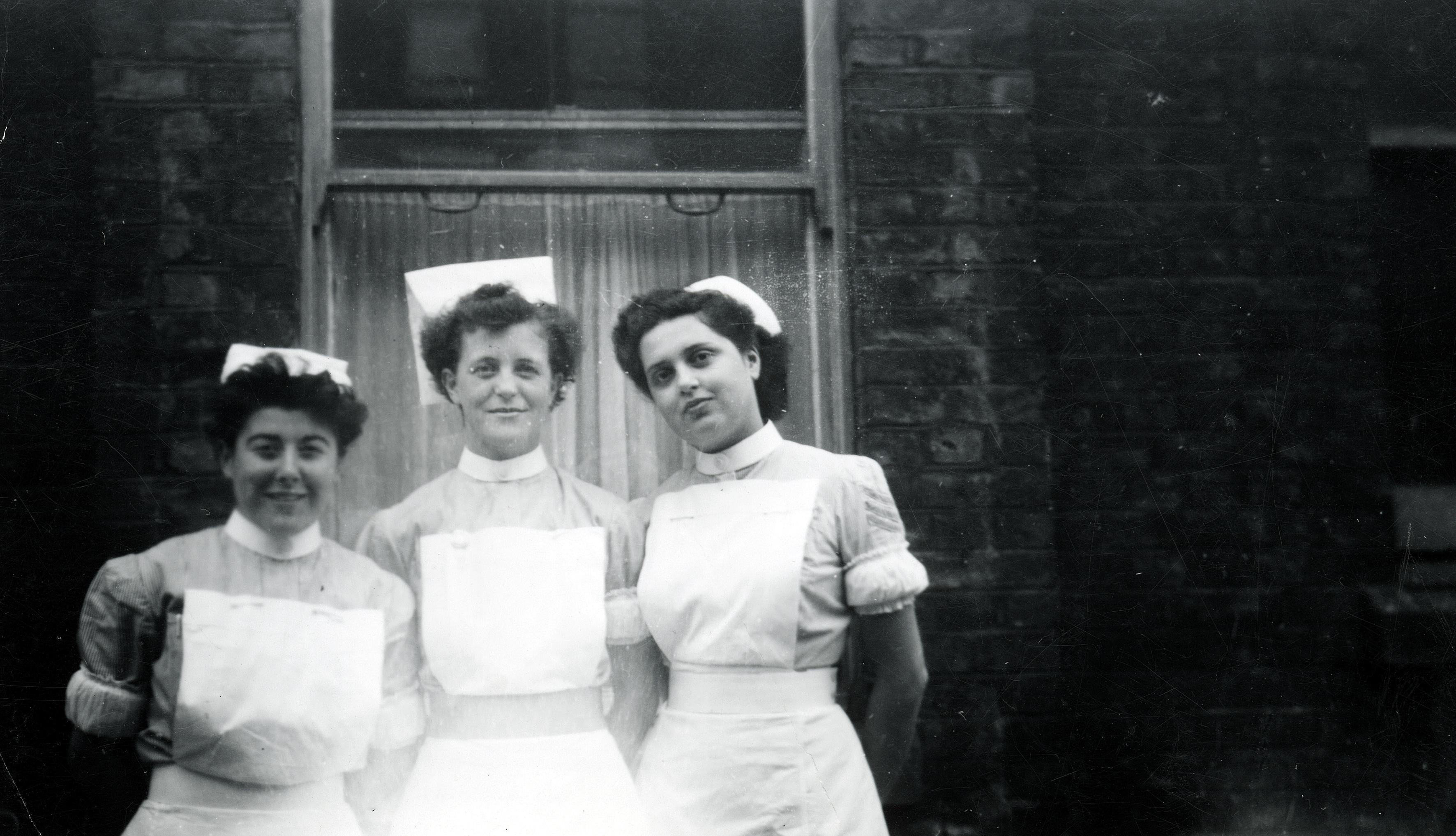 Eva Dombrowski als Krankenschwester in England