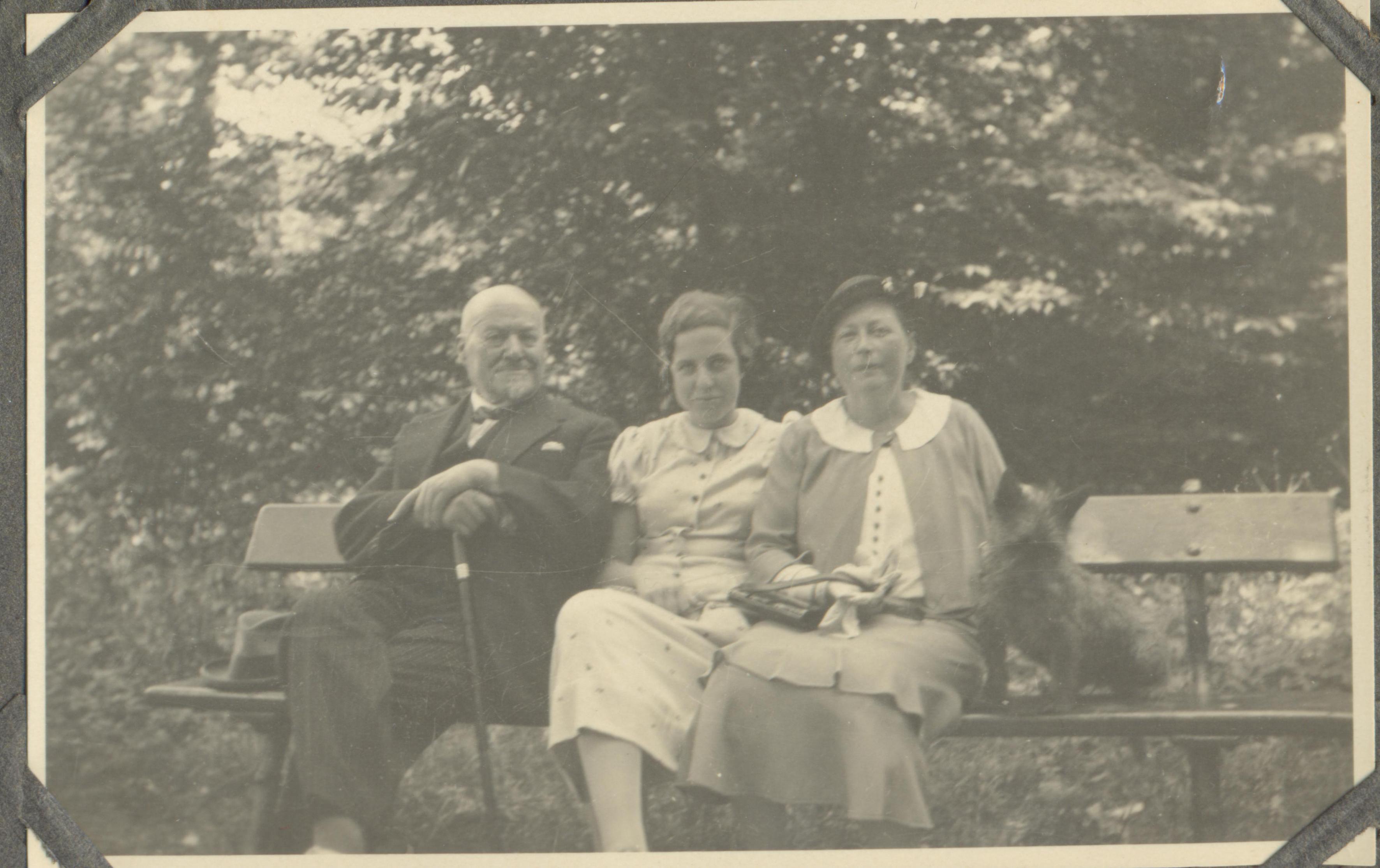 Erna Goldmann und ihr Großvater Michael Rapp im Urlaub