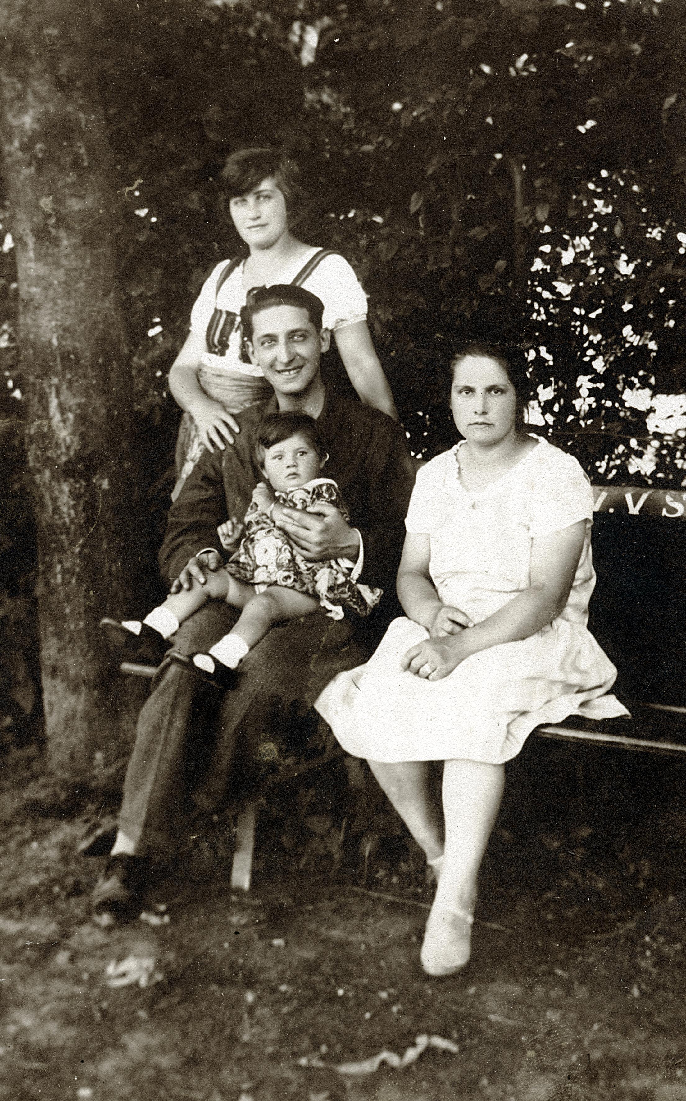 Erika Rosenkranz mit ihren Eltern Alfred und Hedwig Sara und einem Kindermädchen