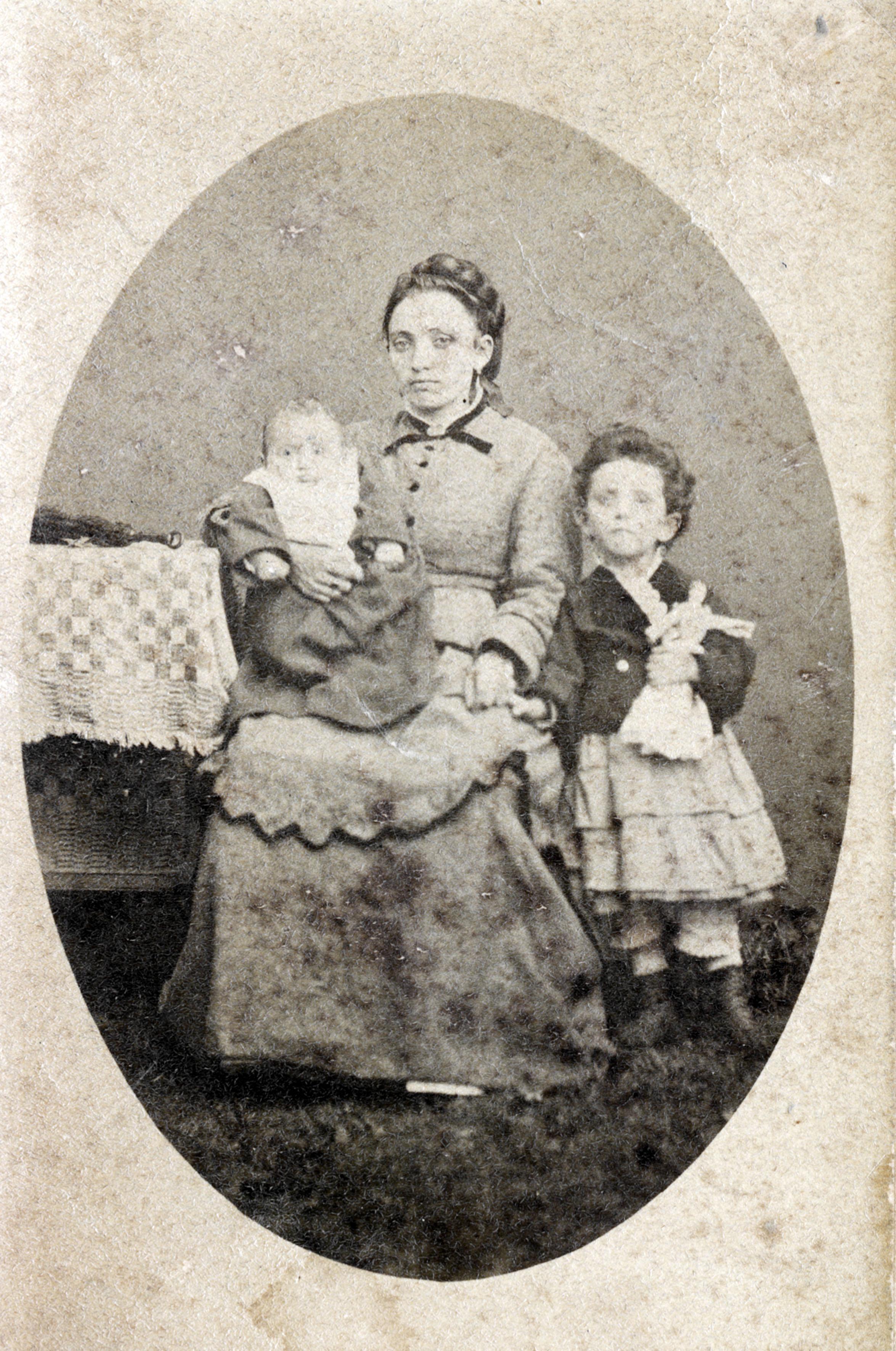 Rosa Bendiner mit ihrem Sohn Josef auf dem Schoß
