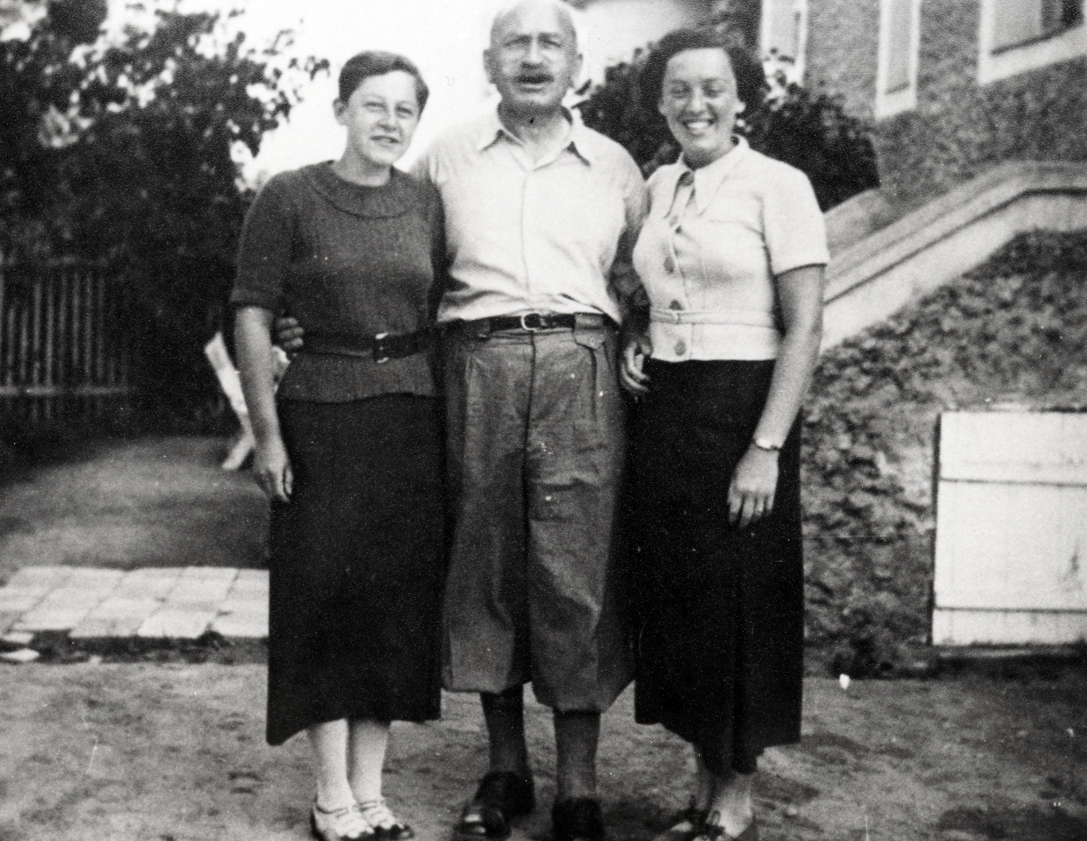Anni Dean und Grete Singer bei ihrem Onkel Samuel Singer in Bardejov zu Besuch