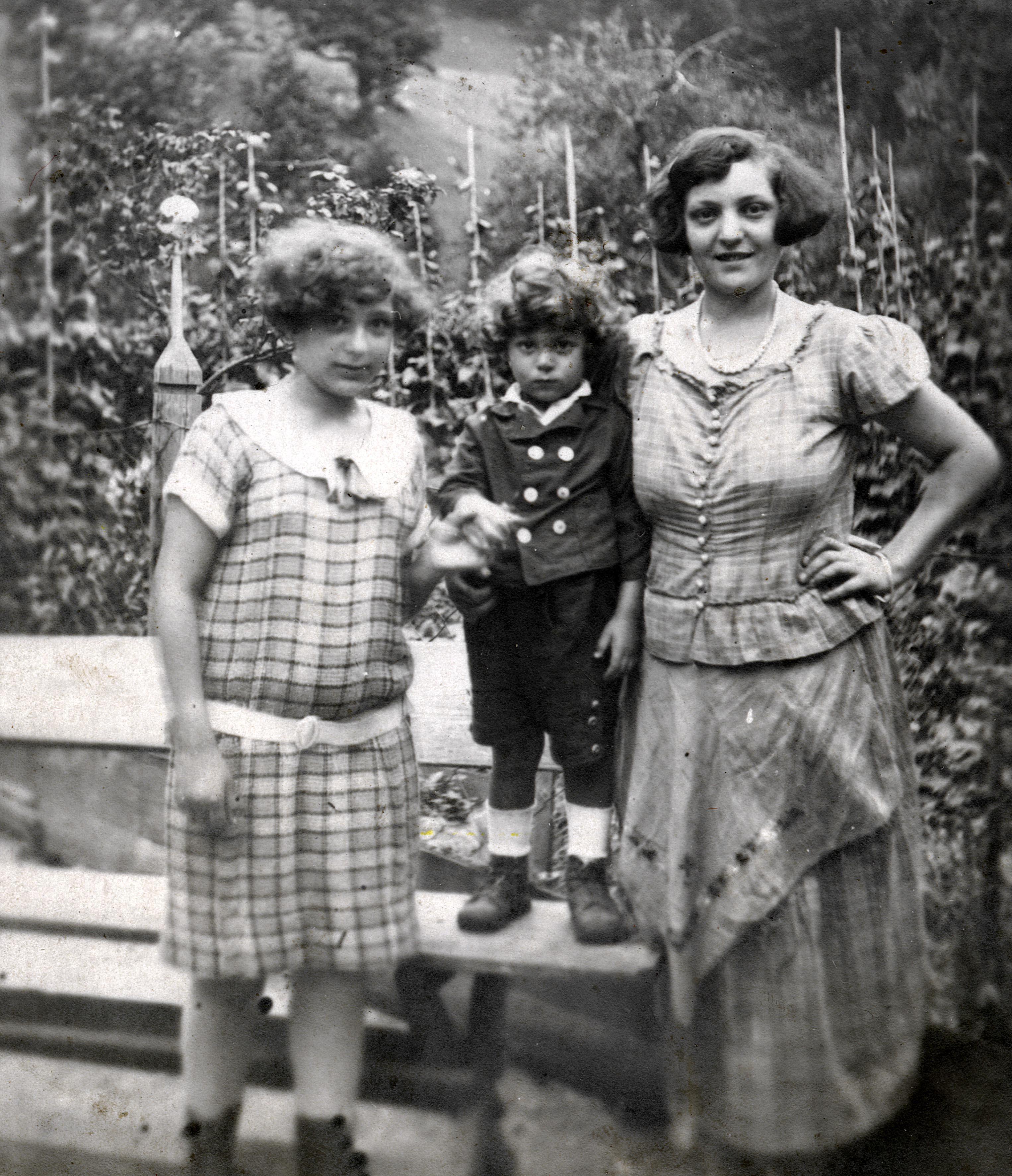 Sabina Halpern mit ihren Kindern Selma und Daniel Halpern