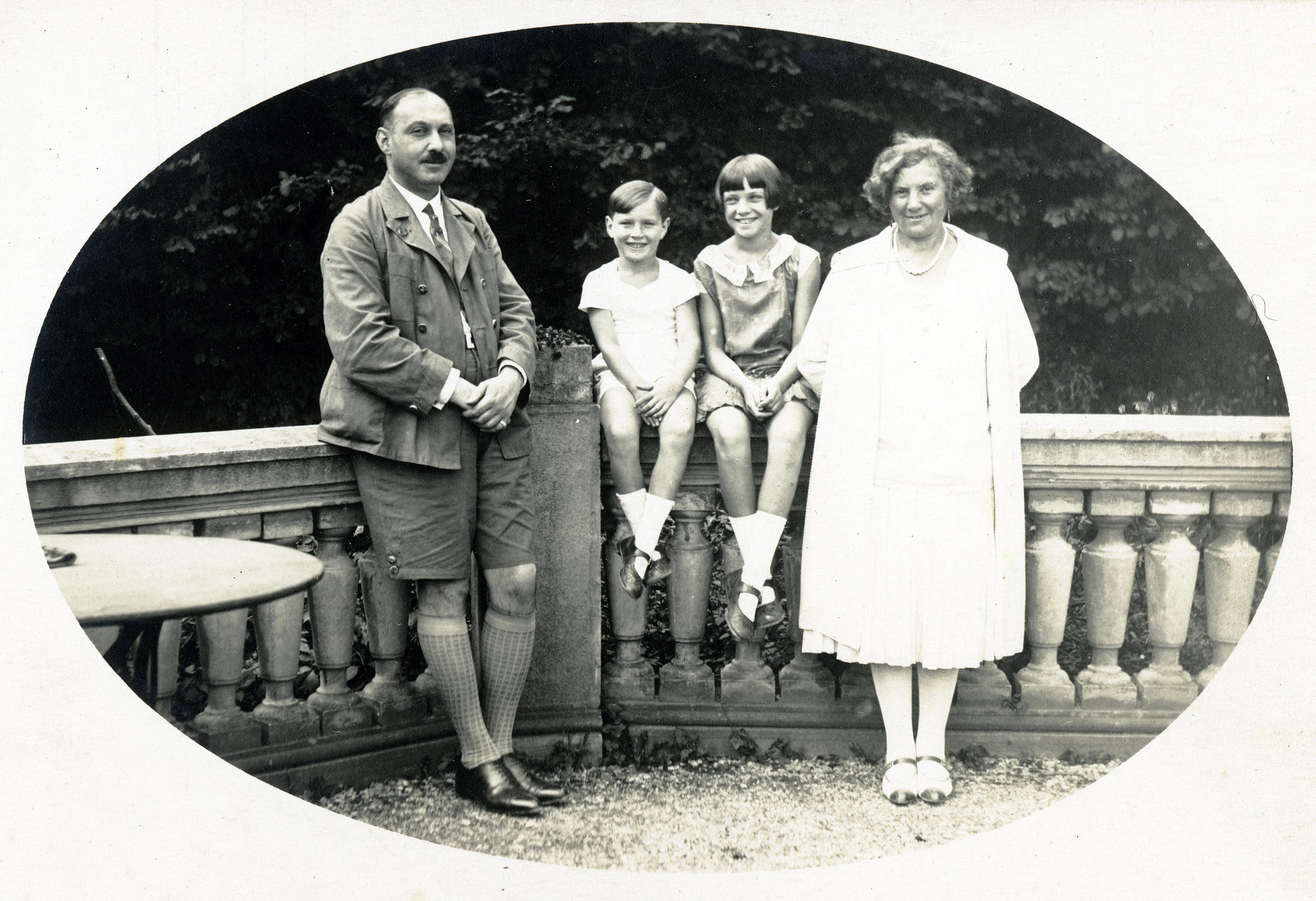 Gertrud Mechner mit ihrem Bruder Michael und den Eltern Berthold und Leontine Samek im Urlaub