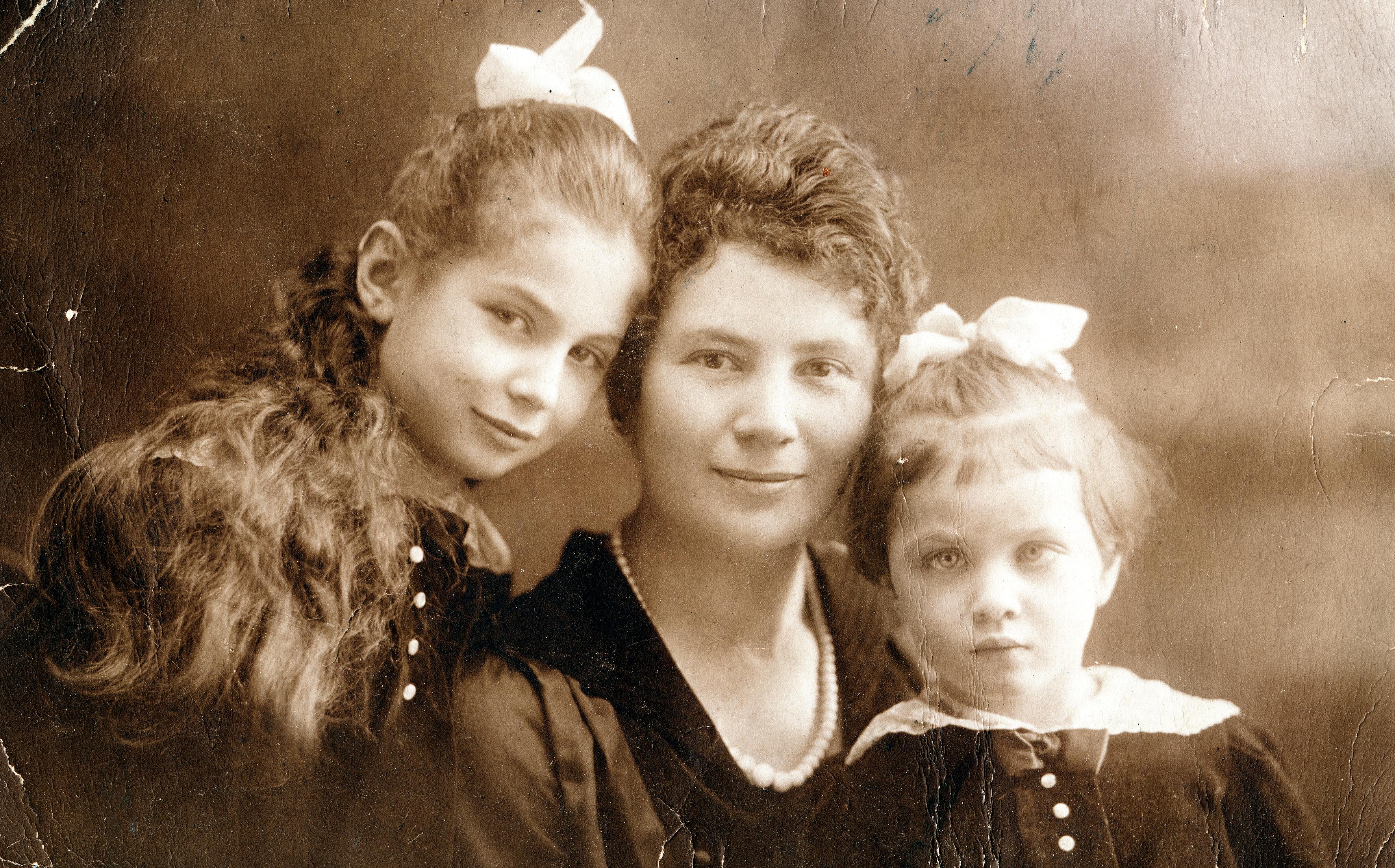 Gertrude Mechner mit ihrer Mutter und ihrer Schwester Anna