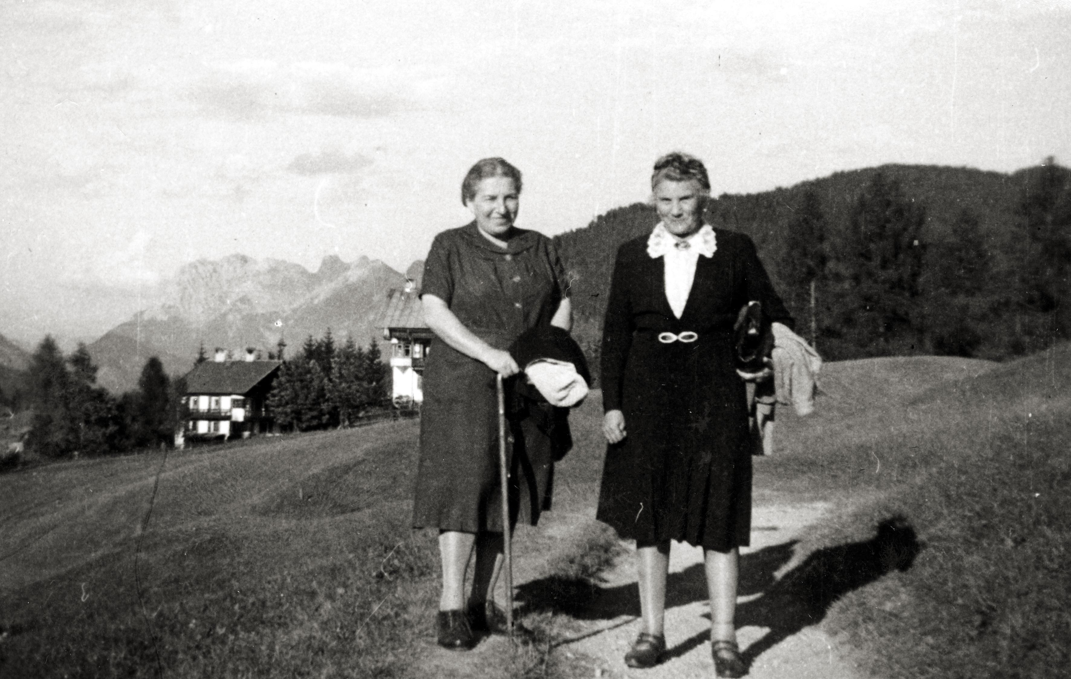 Leontine Samek und Lotte Brüll auf Sommerfrische
