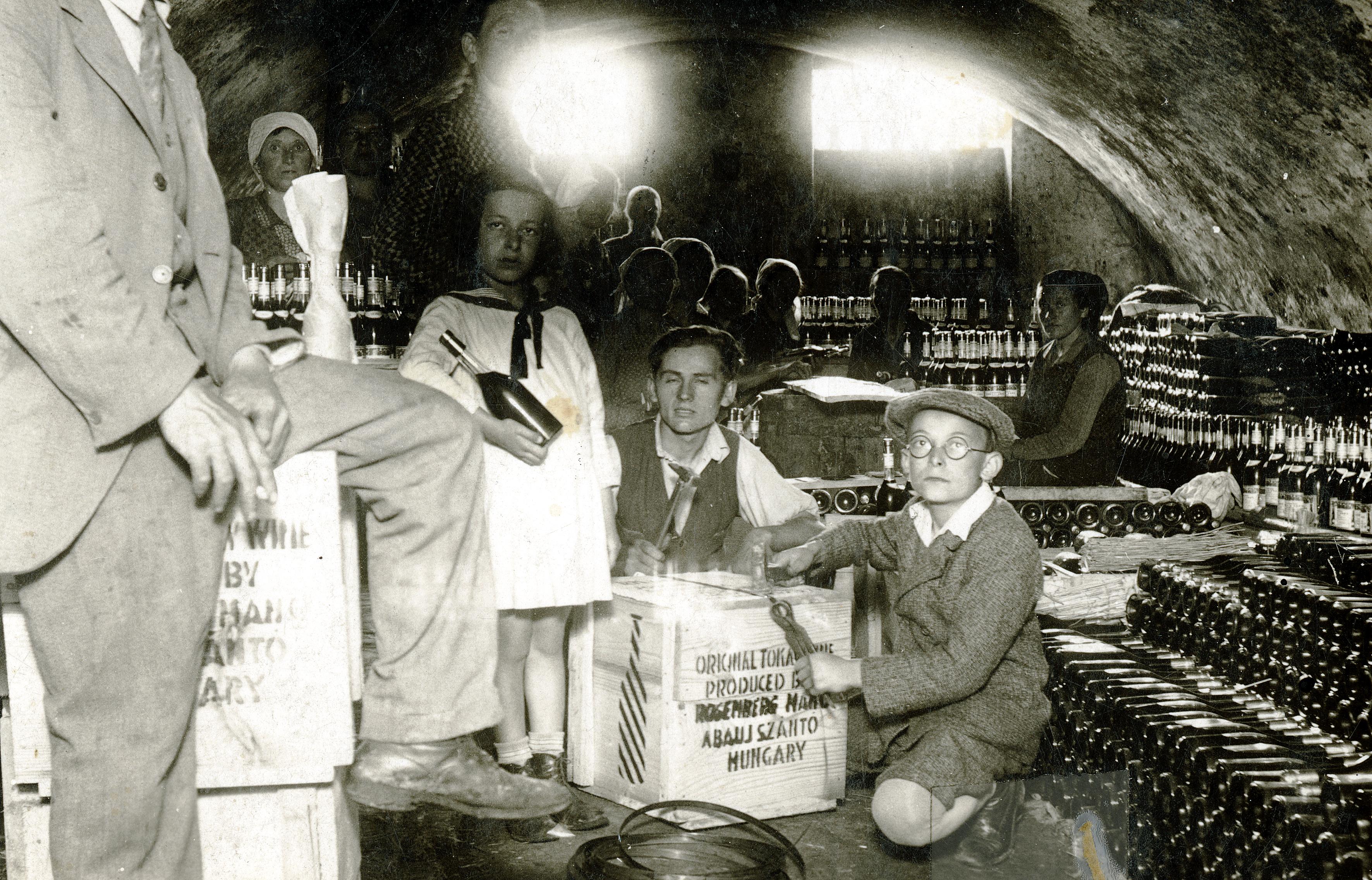 Imre Rosenberg und seine Schwester Eva im Geschäft des Vaters
