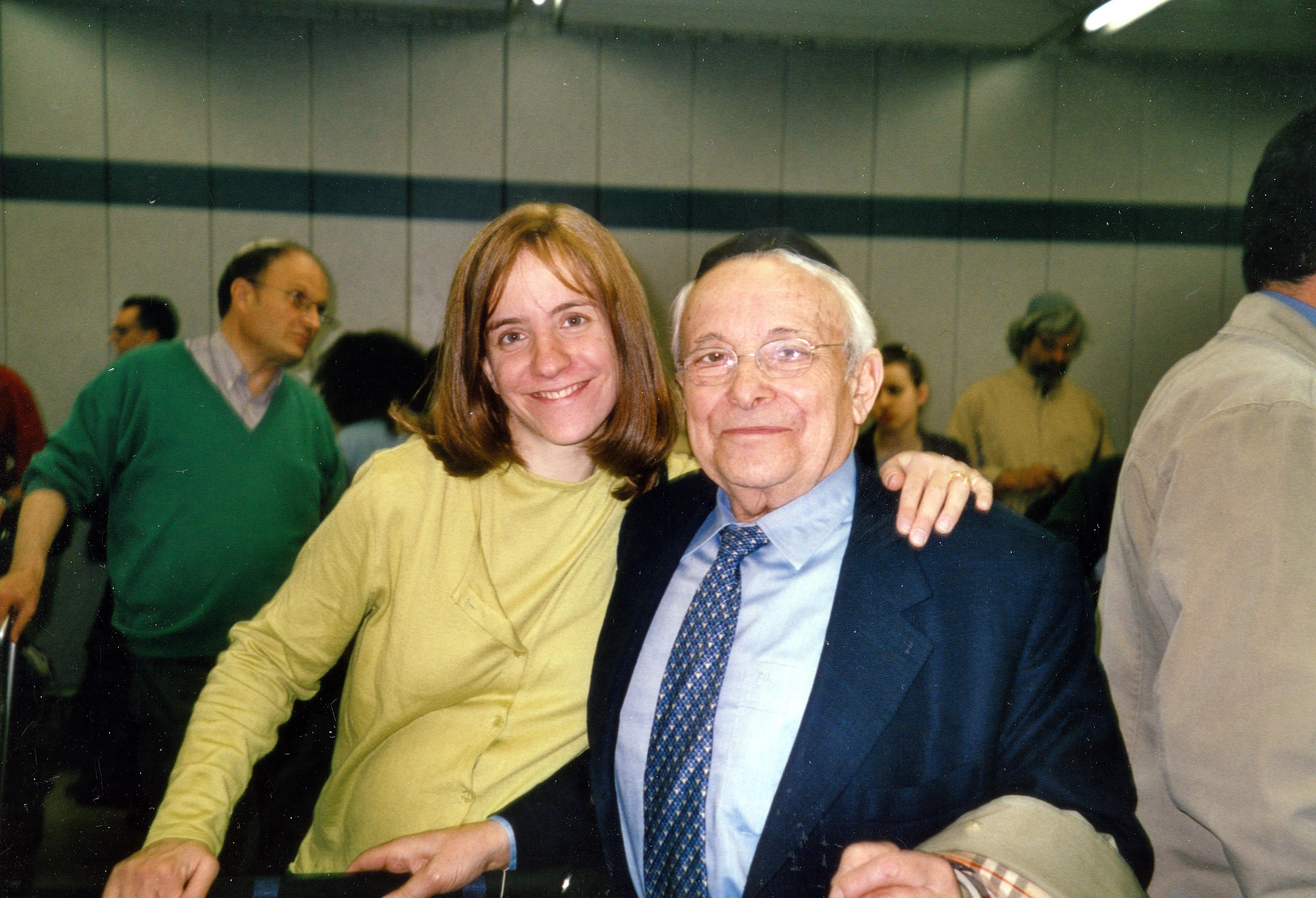 Imre Rosenberg mit seiner Enkeltochter in Tel Aviv