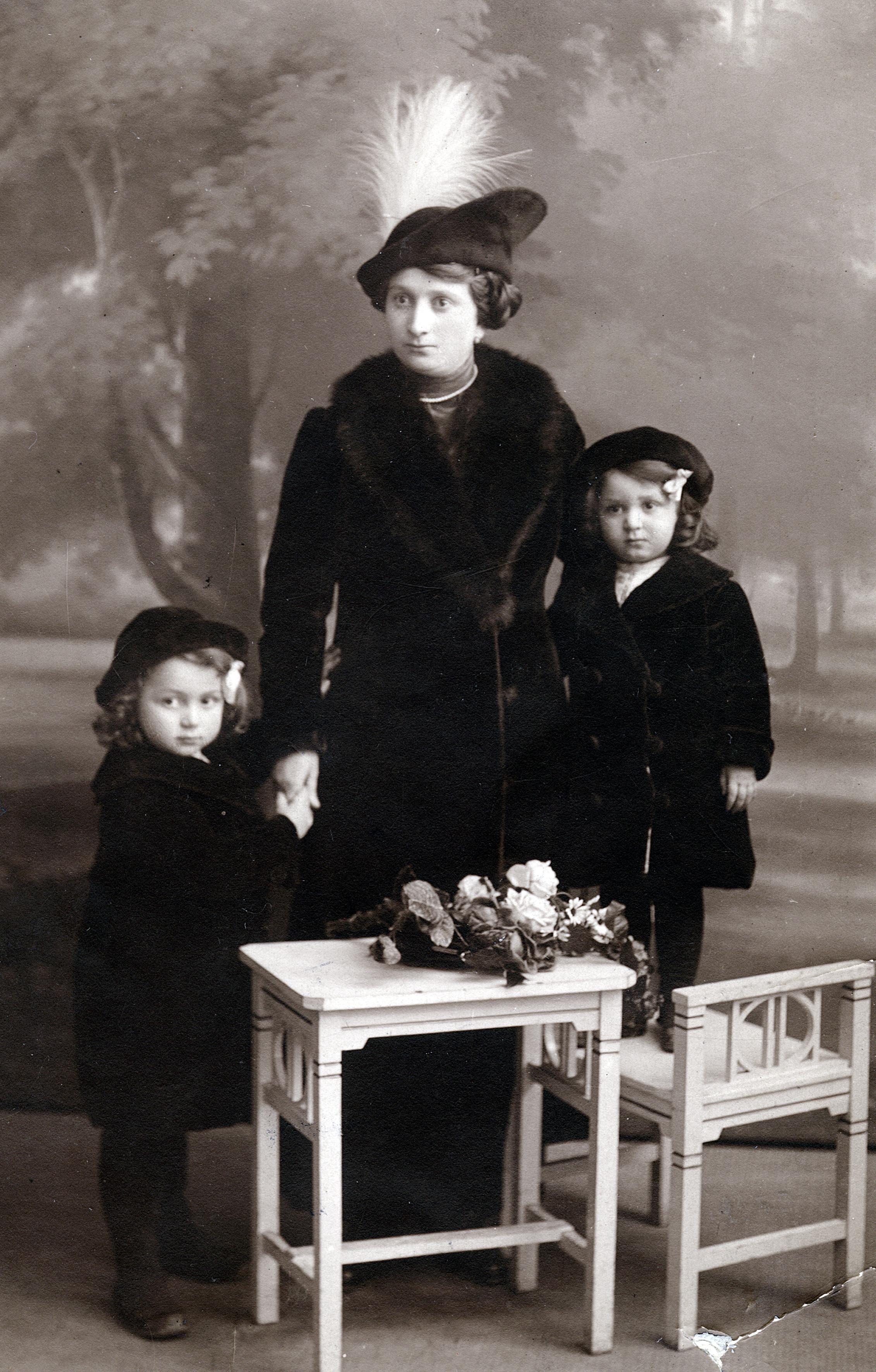 Charlotte Pick mit ihren Töchtern Luzie und Edith