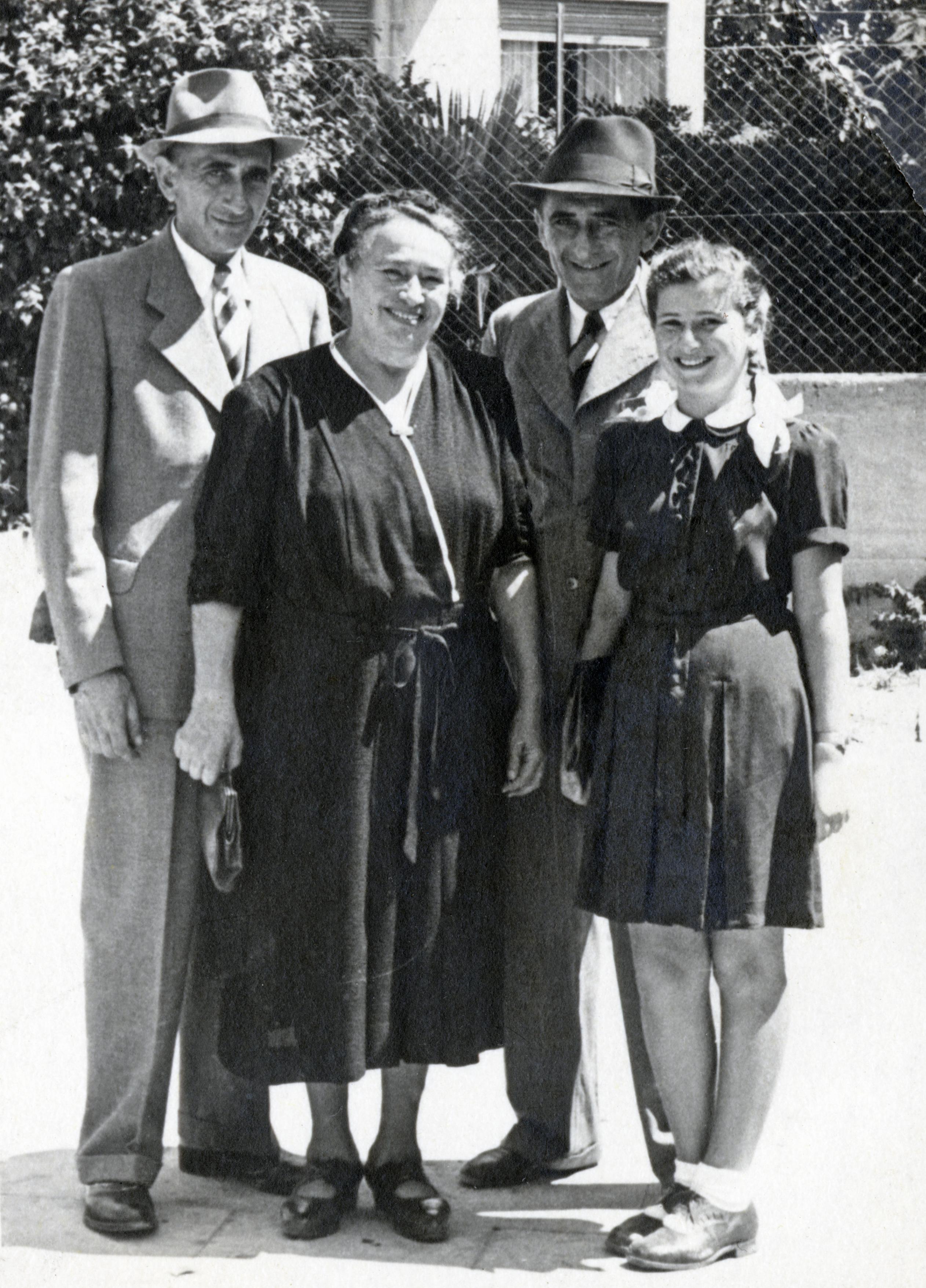 Kitty Schrott mit ihrer Großmutter Gisela Drill, ihrem Vater Karl und Onkel Ernst Drill in Tel Aviv