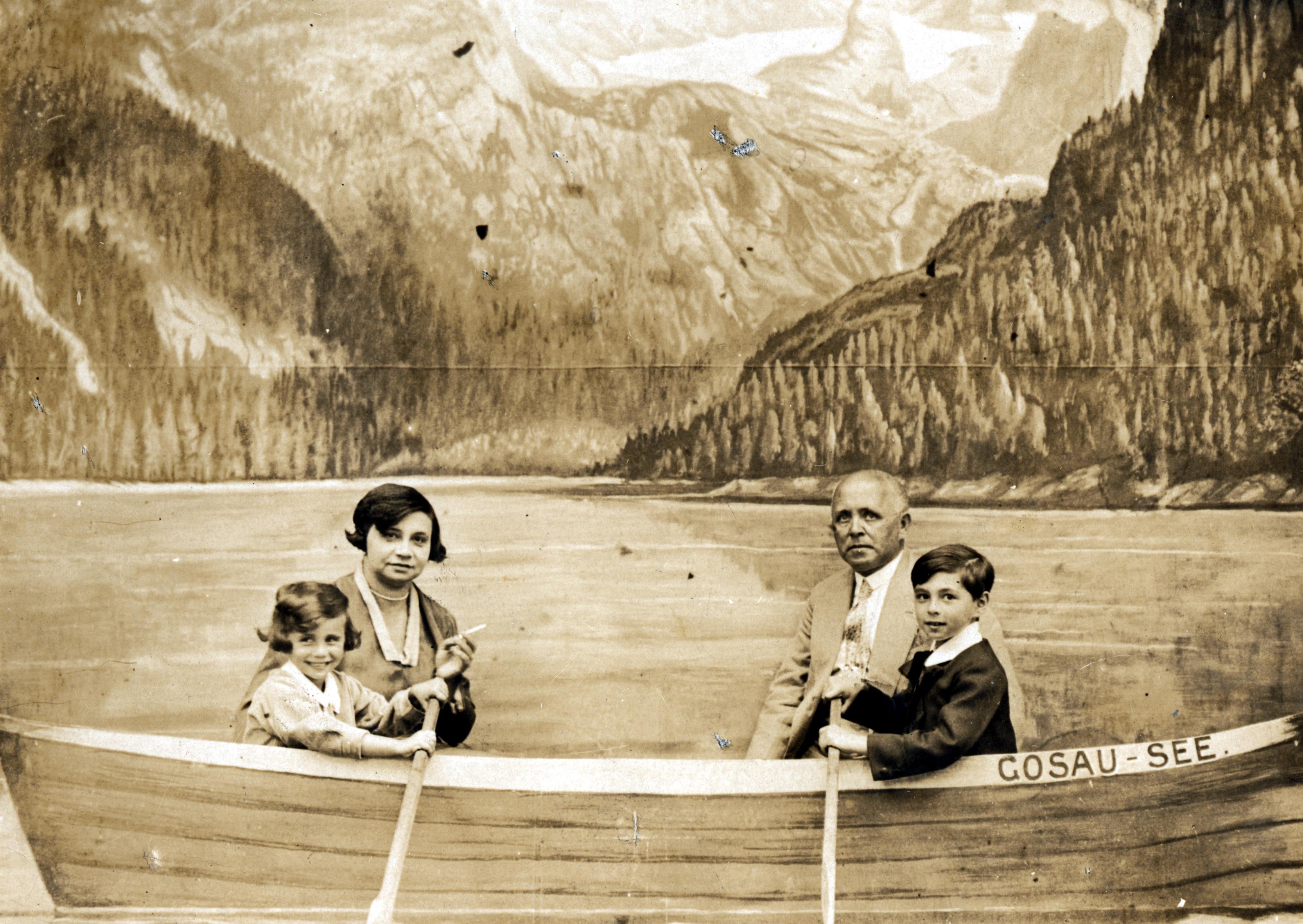 Kitty Suschny mit ihren Eltern Malwine und Dr. Saul und ihrem Bruder Harry im Fotostudio