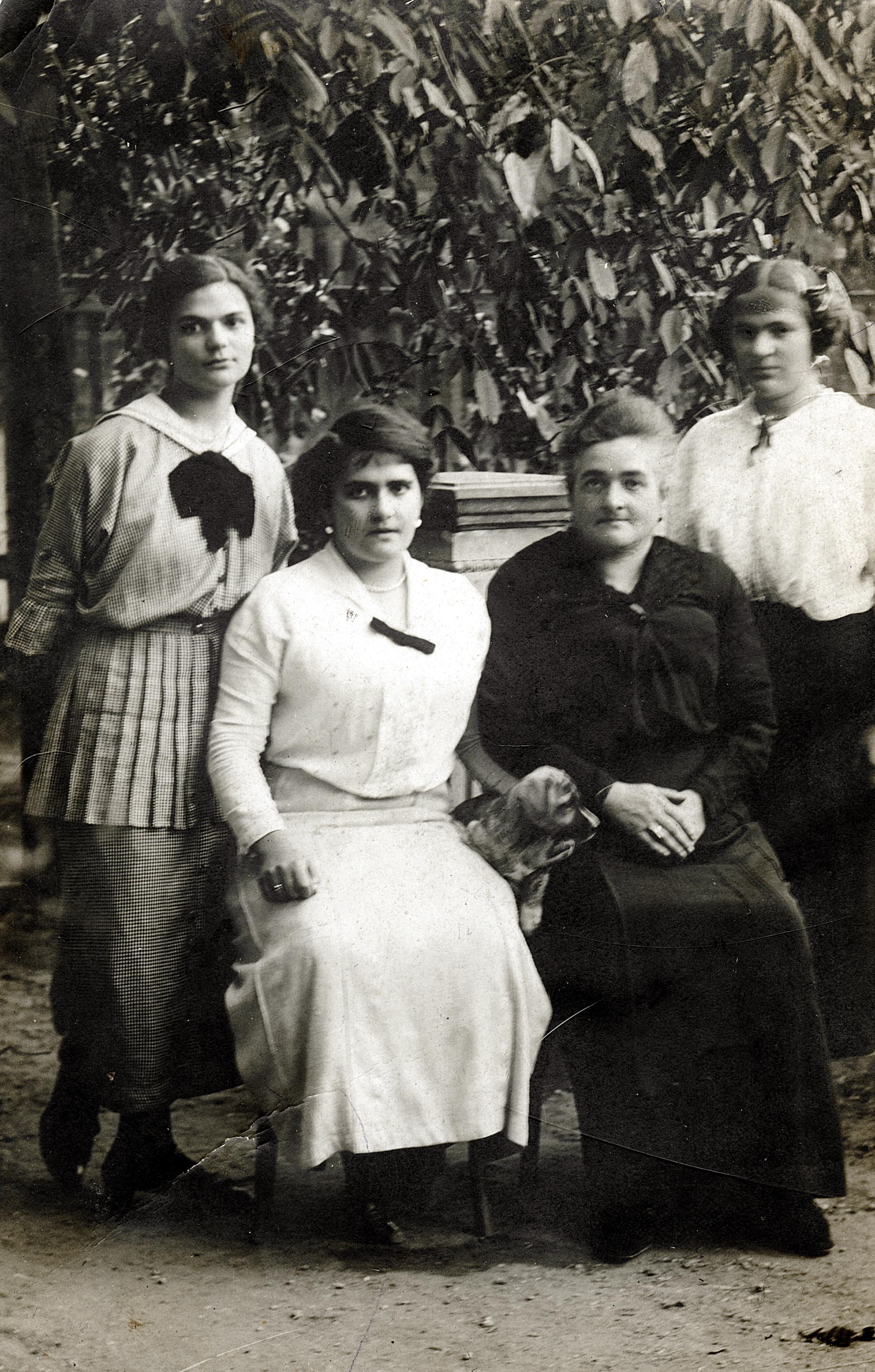 Hermine Neumann mit ihren drei Töchtern