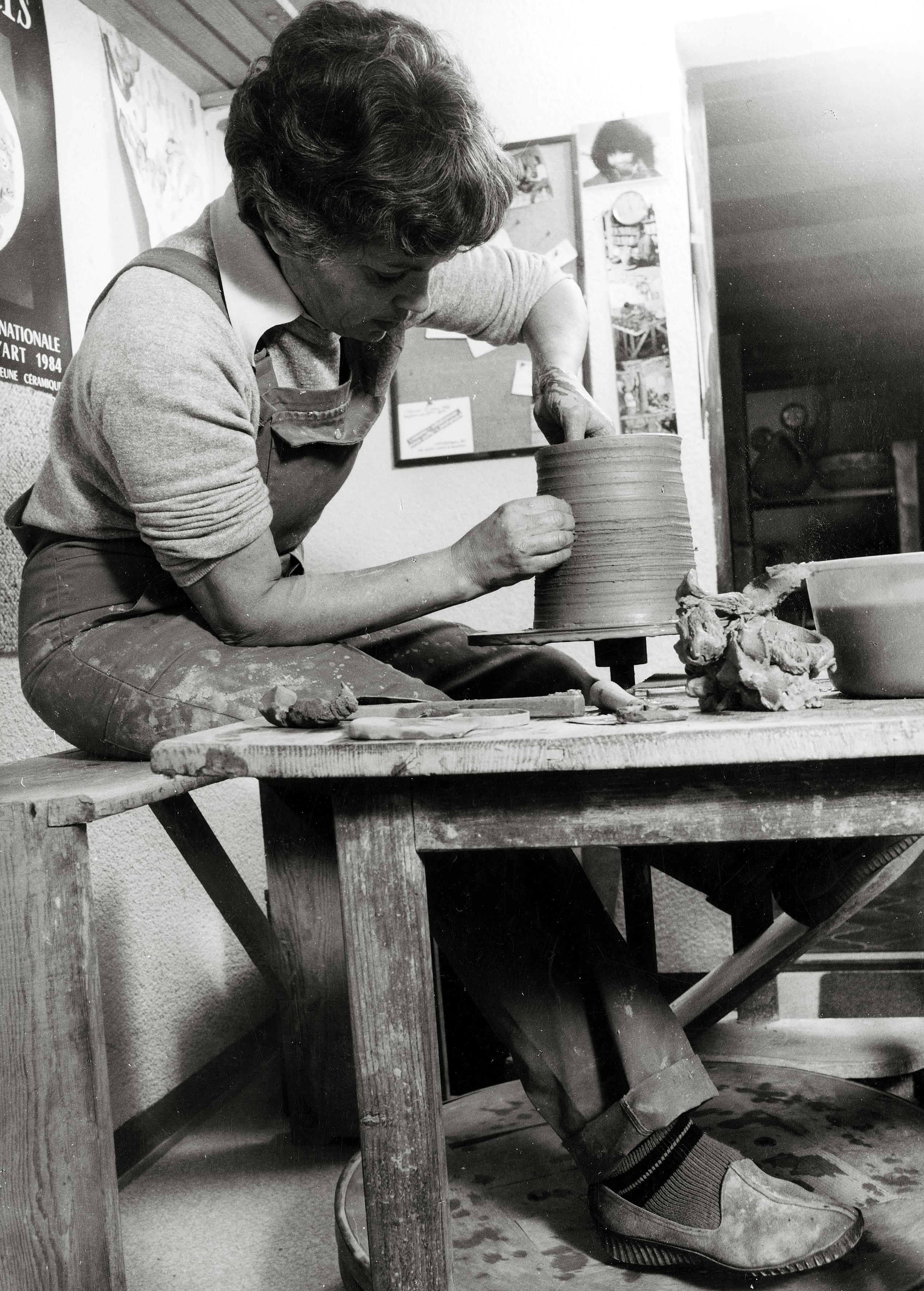 Marianne Wallisch beim Töpfern