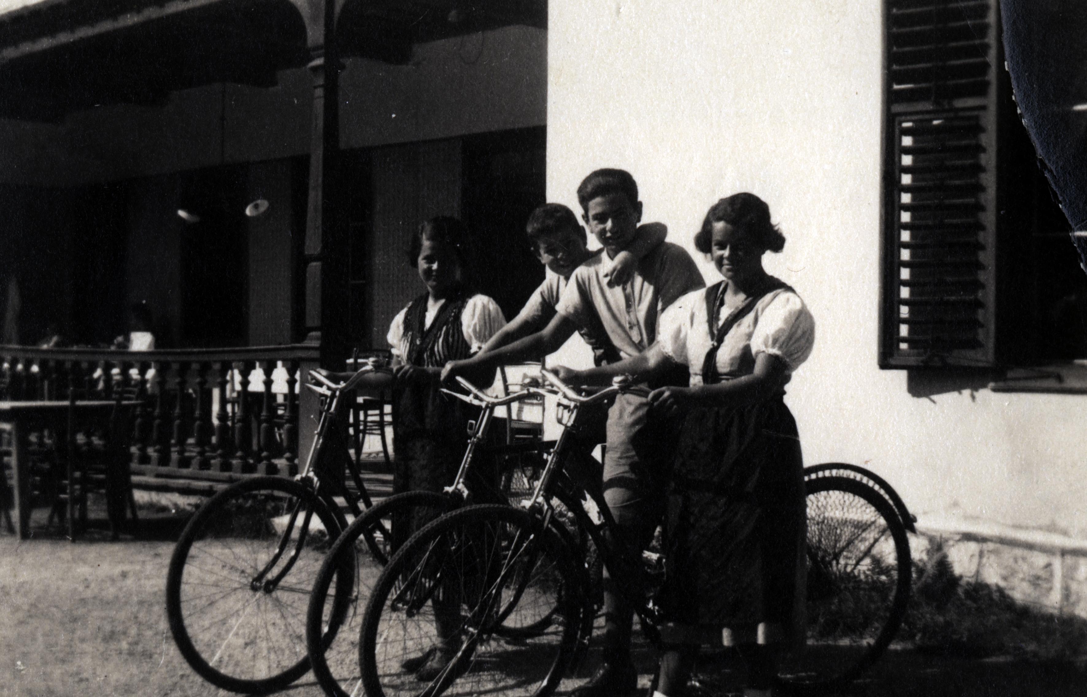 Max Uri mit Geschwistern auf Sommerfrische