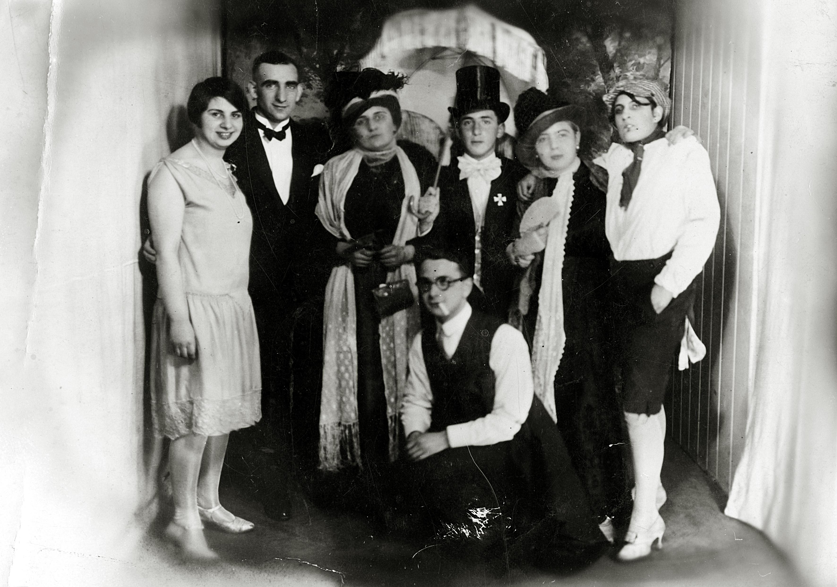 Rosa Rosenstein bei einer Purimfeier mit Freunden