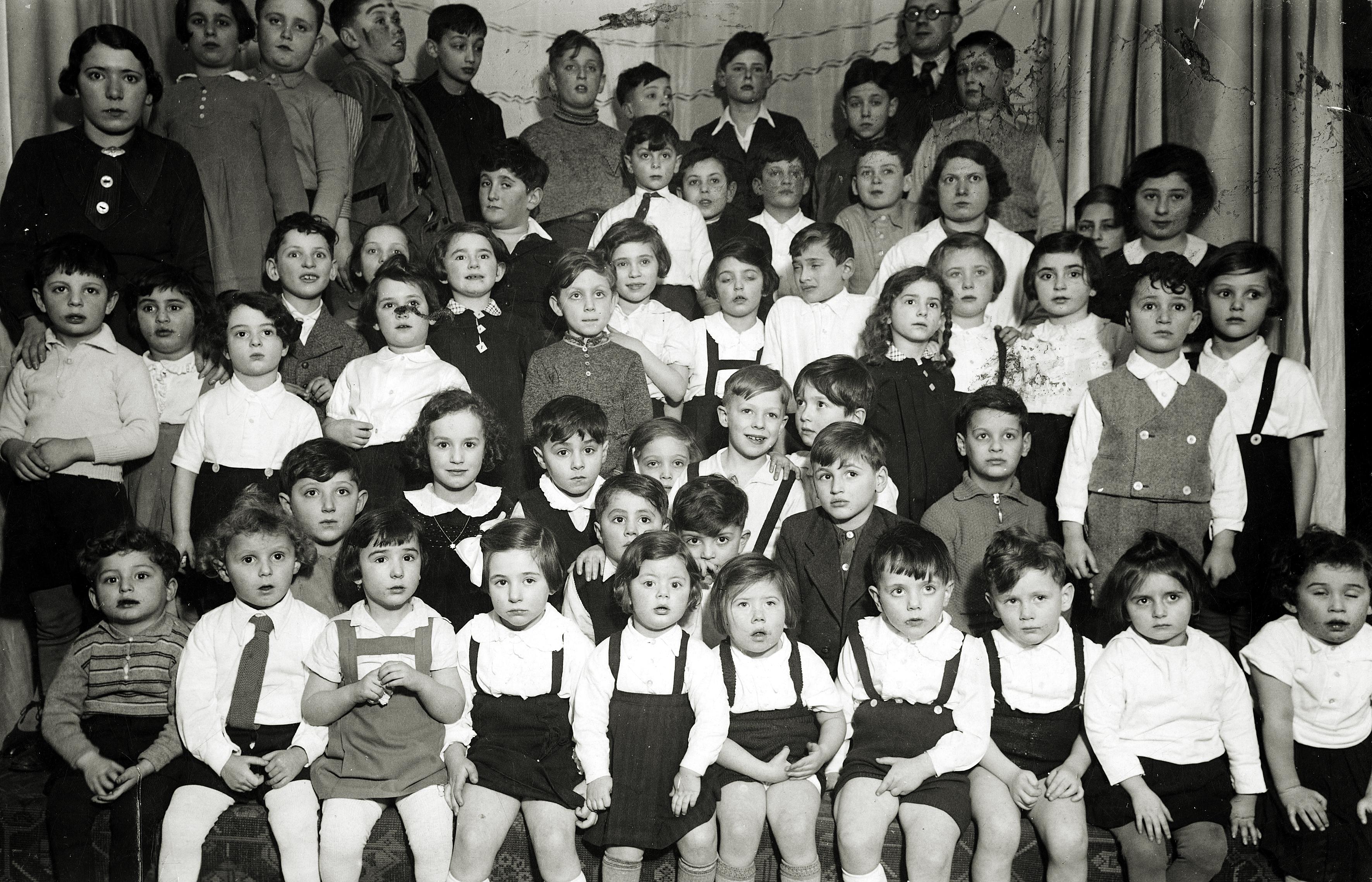 Rosa Rosensteins Tochter Lilly Drill mit dem Kindergarten während einer Aufführung