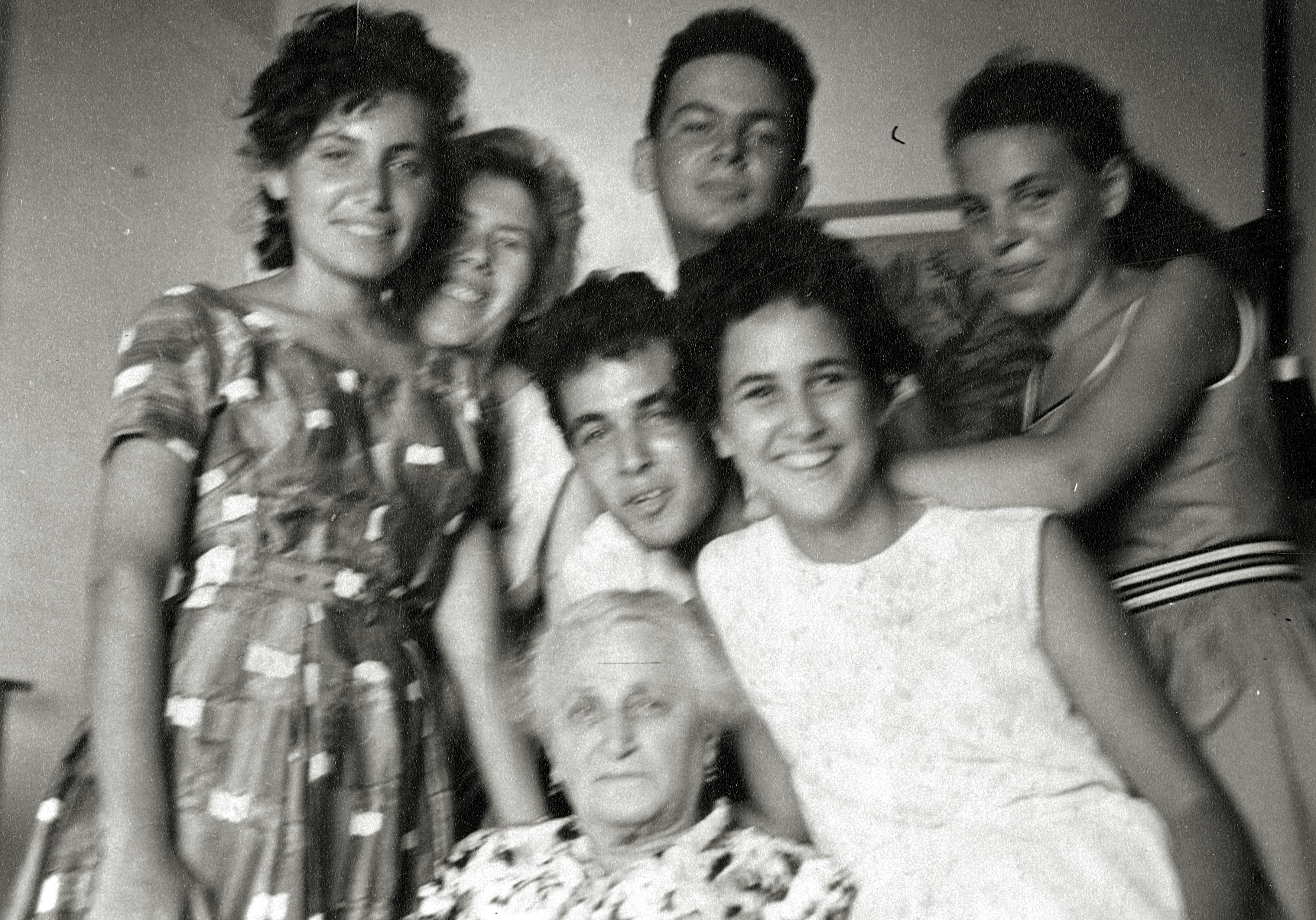 Rosa Rosensteins Sohn Zwi Bar-David mit Großmutter Golda Braw, Cousinen und einem Cousin