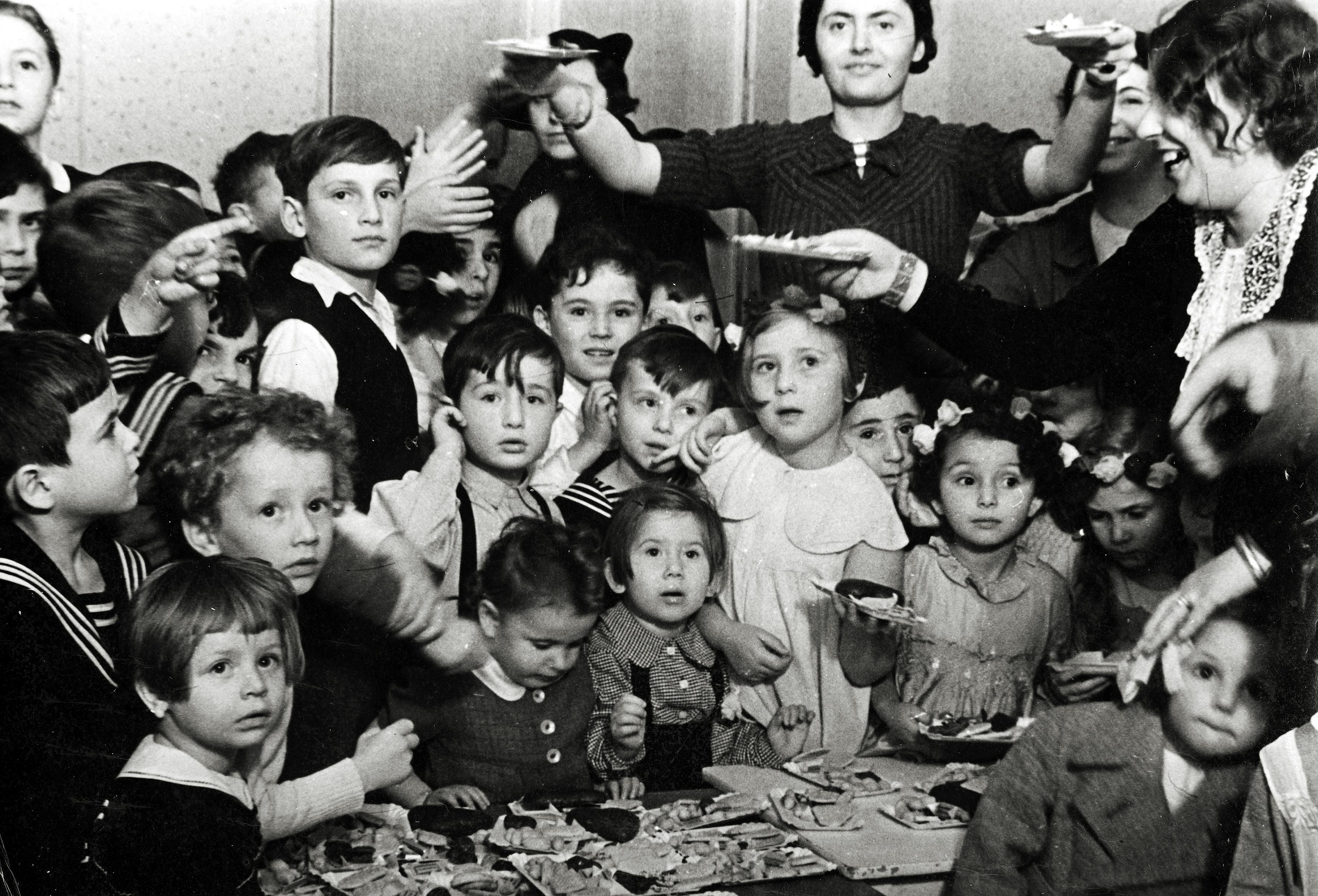 Rosa Rosensteins Töchter Bessy Aharoni und Lilly Drill im Kindergarten während einer Purimfeier in Berlin
