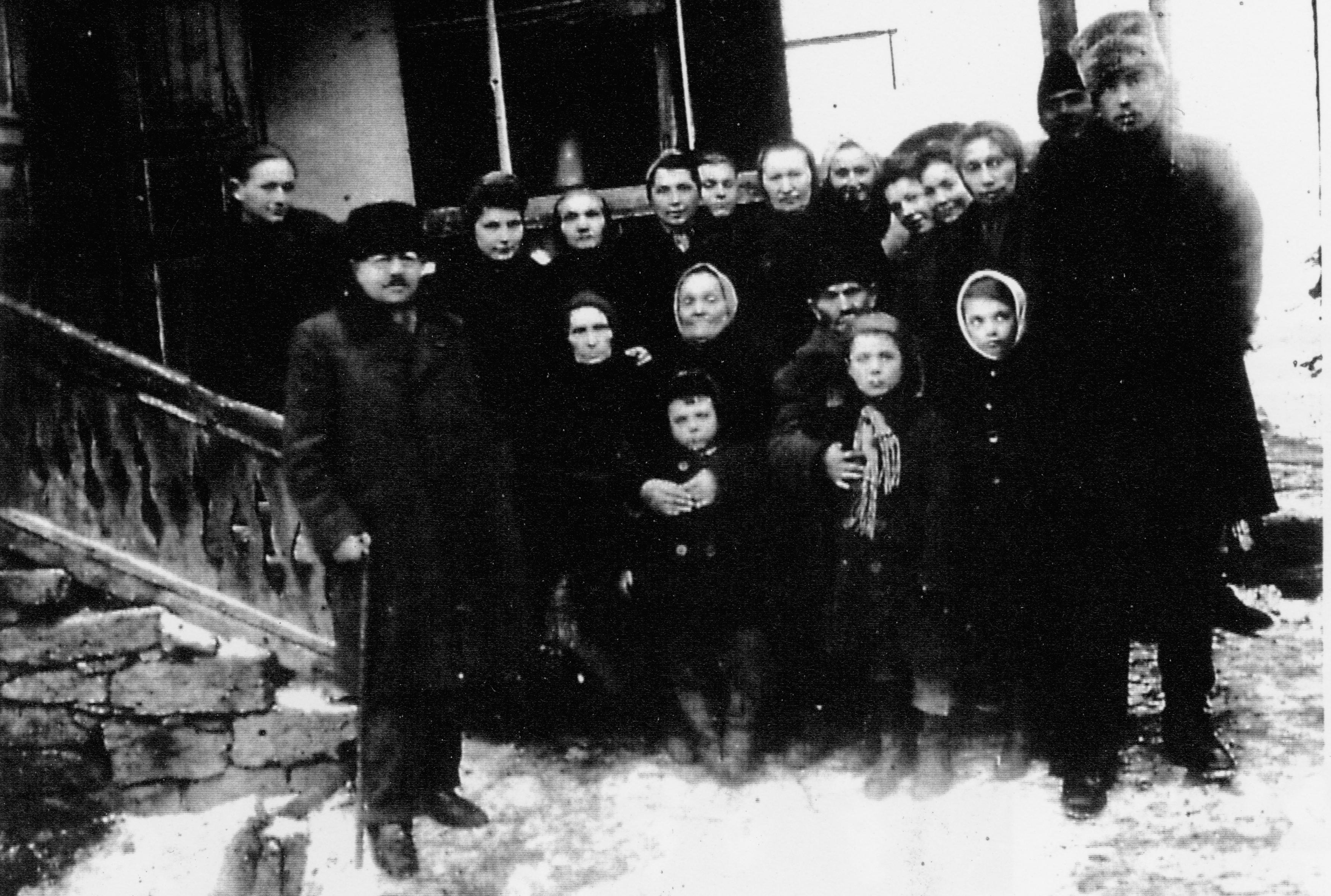 Buby Schieber mit einer Gruppe Menschen kurz vor der Befreiung