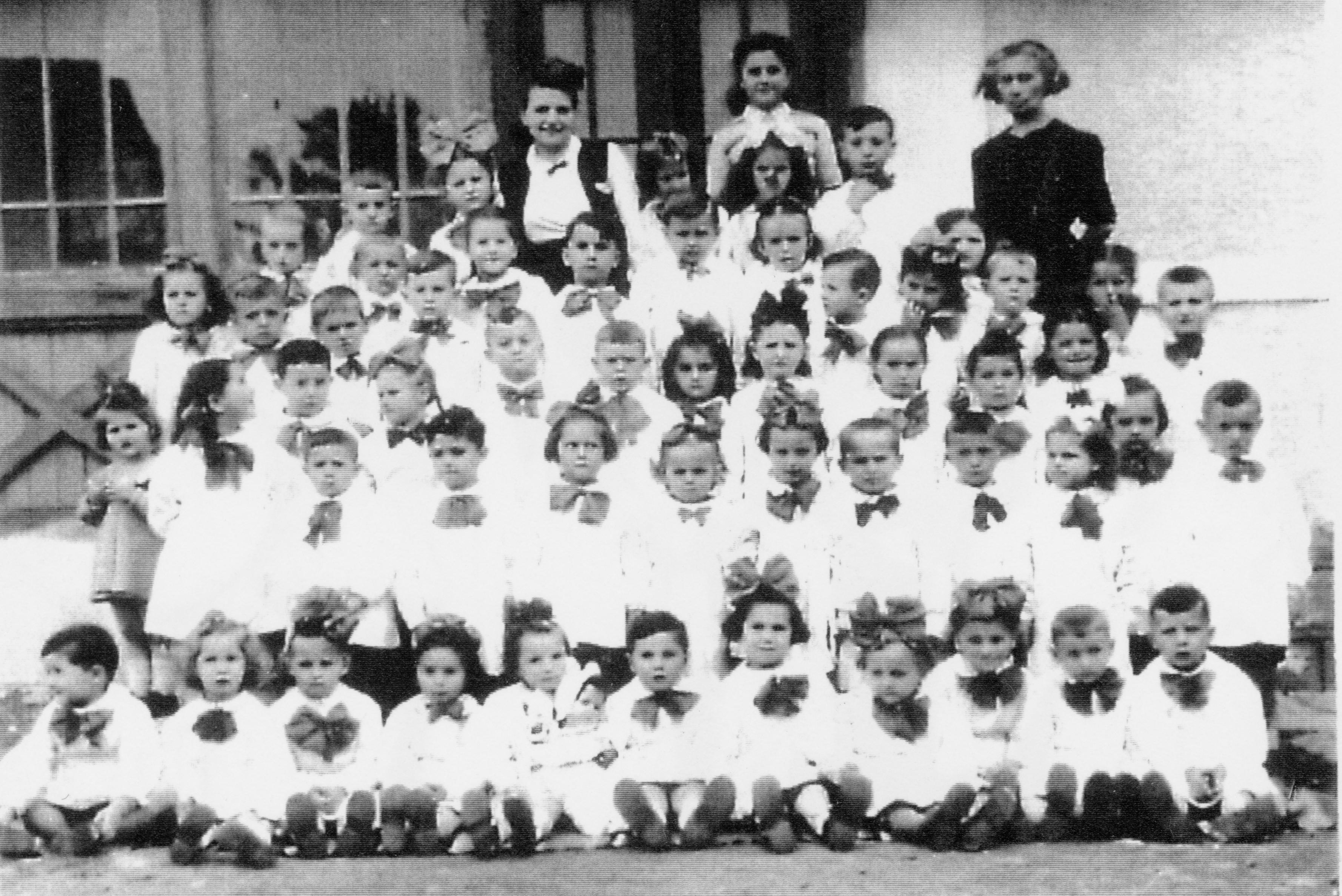 Regina Josiper nach dem Krieg mit dem jüdischen Kindergarten