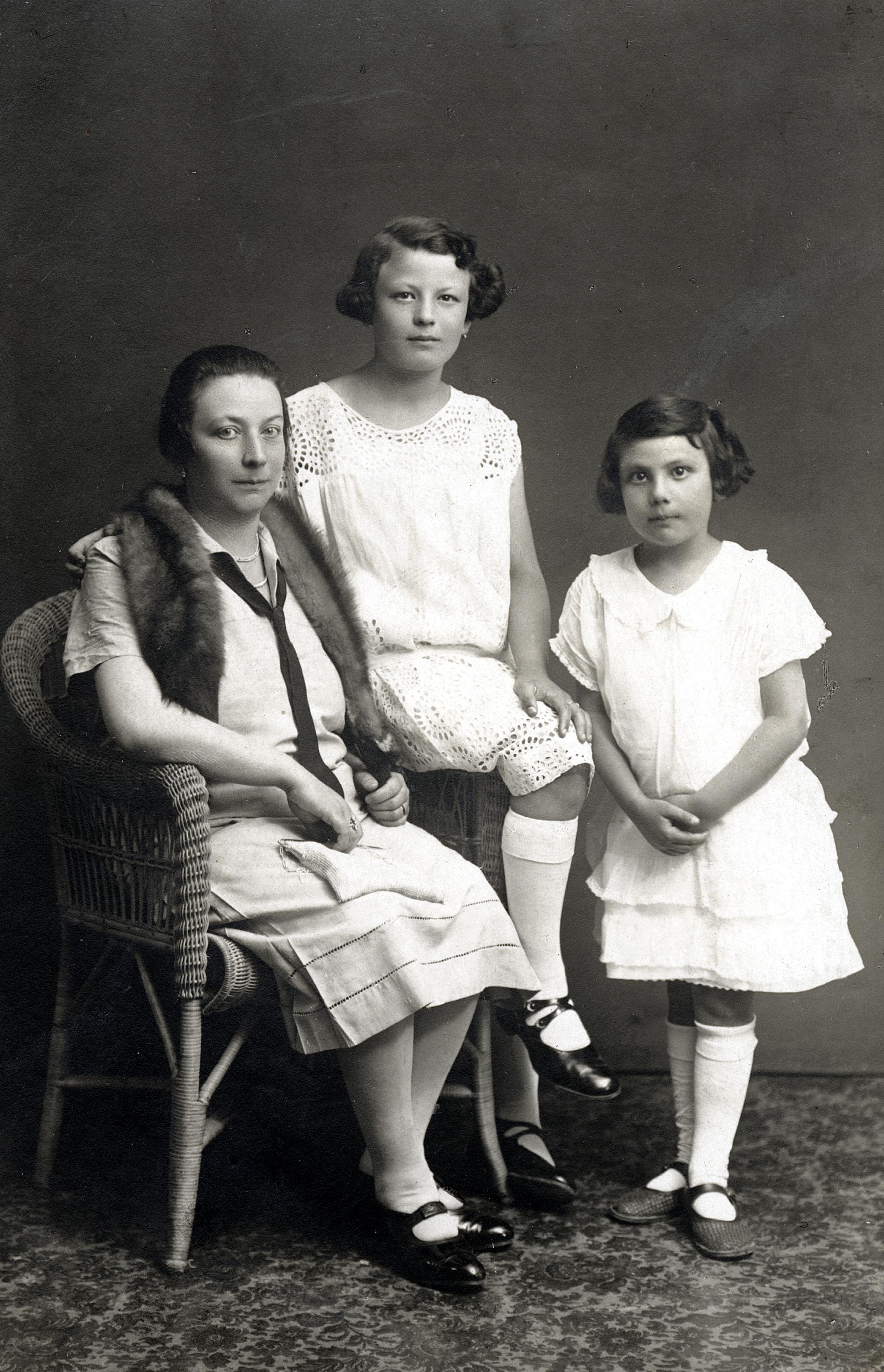 Stella Semenowsky mit ihrer Mutter Fanny Mathilde Wachtel geb. Reicher und ihrer Schwester Helene Thau geb. Wachtel
