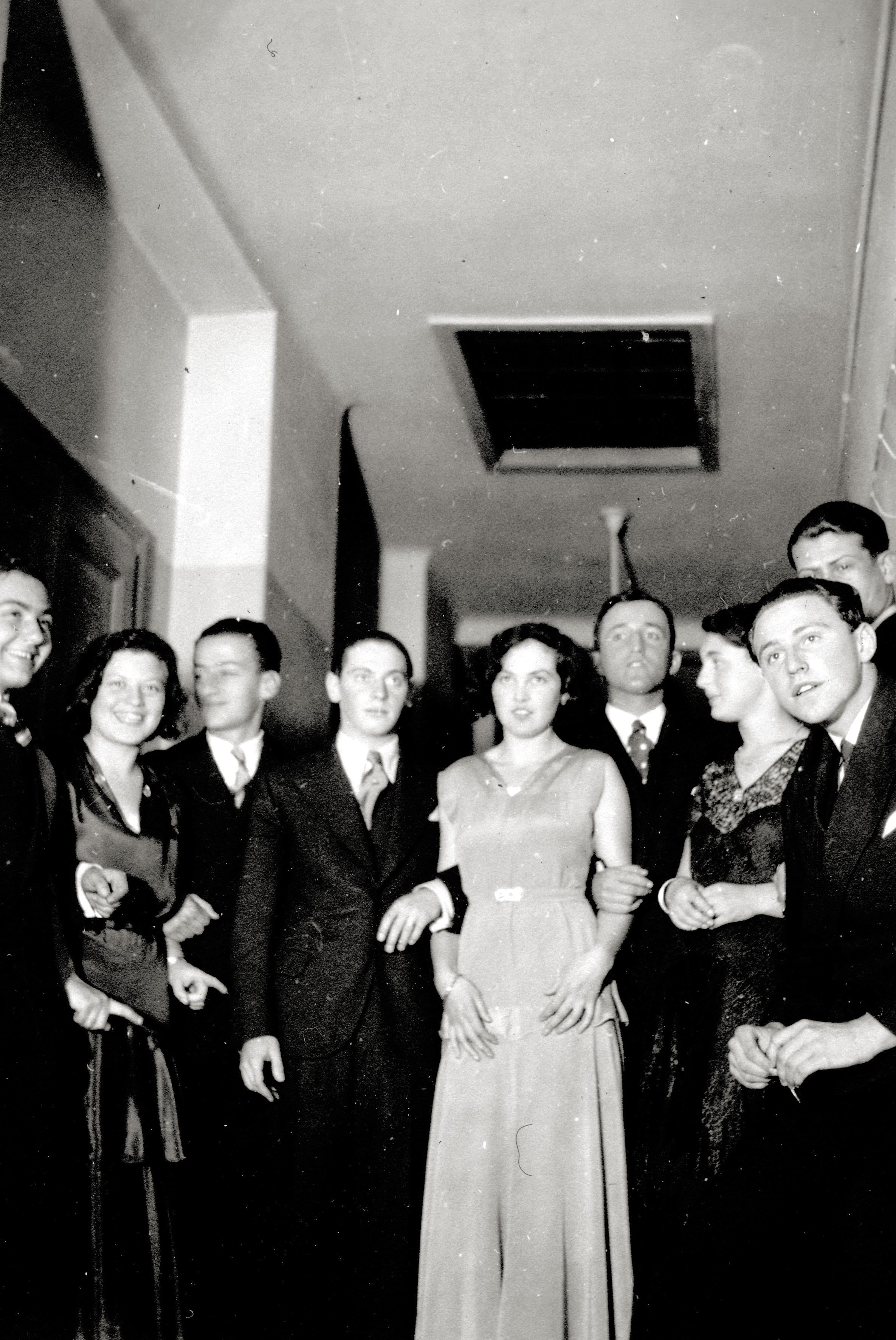 Stella Semenowsky bei einem Tanzabend in ihrem ersten Abendkleid