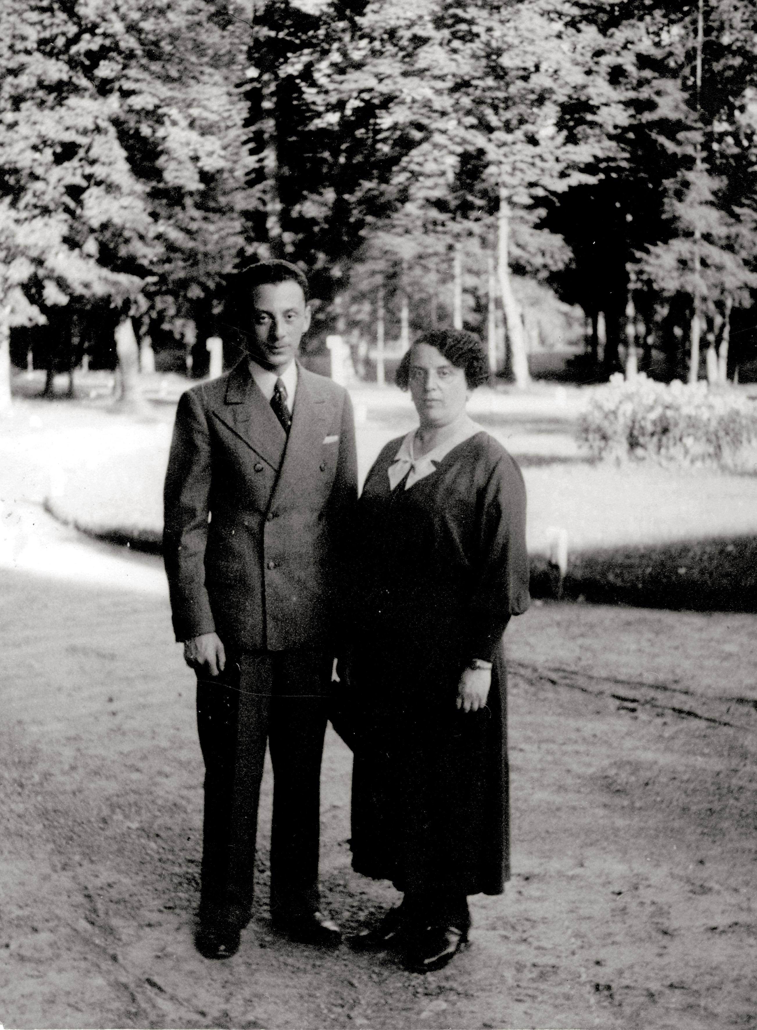 Auguste Korkes [geb. Reicher] mit ihrem Sohn Lonek