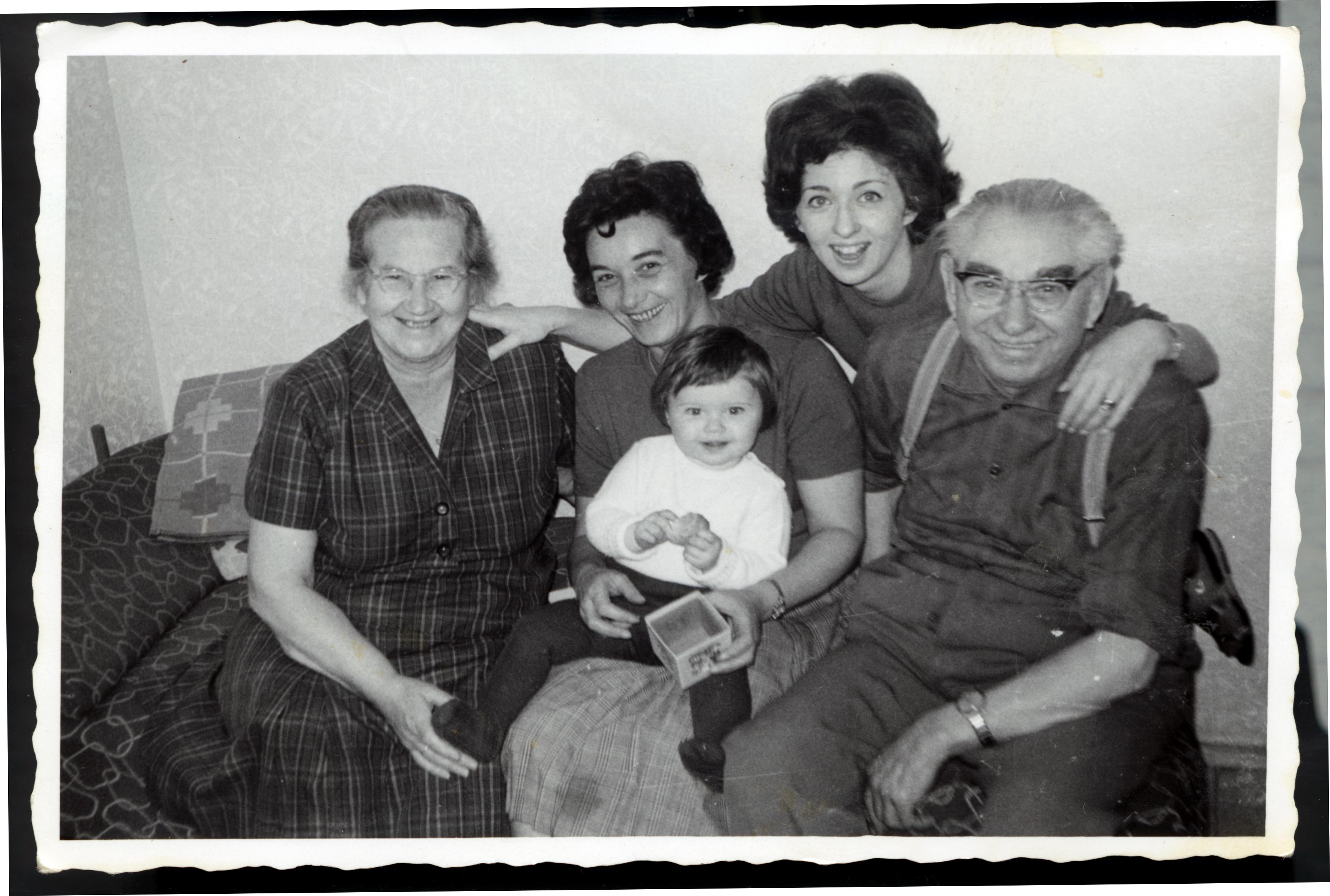 Moritz und Sophie Tauber mit ihrer Tochter Bertha, Enkeltochter Hanna und Enkeltochter Jeanette