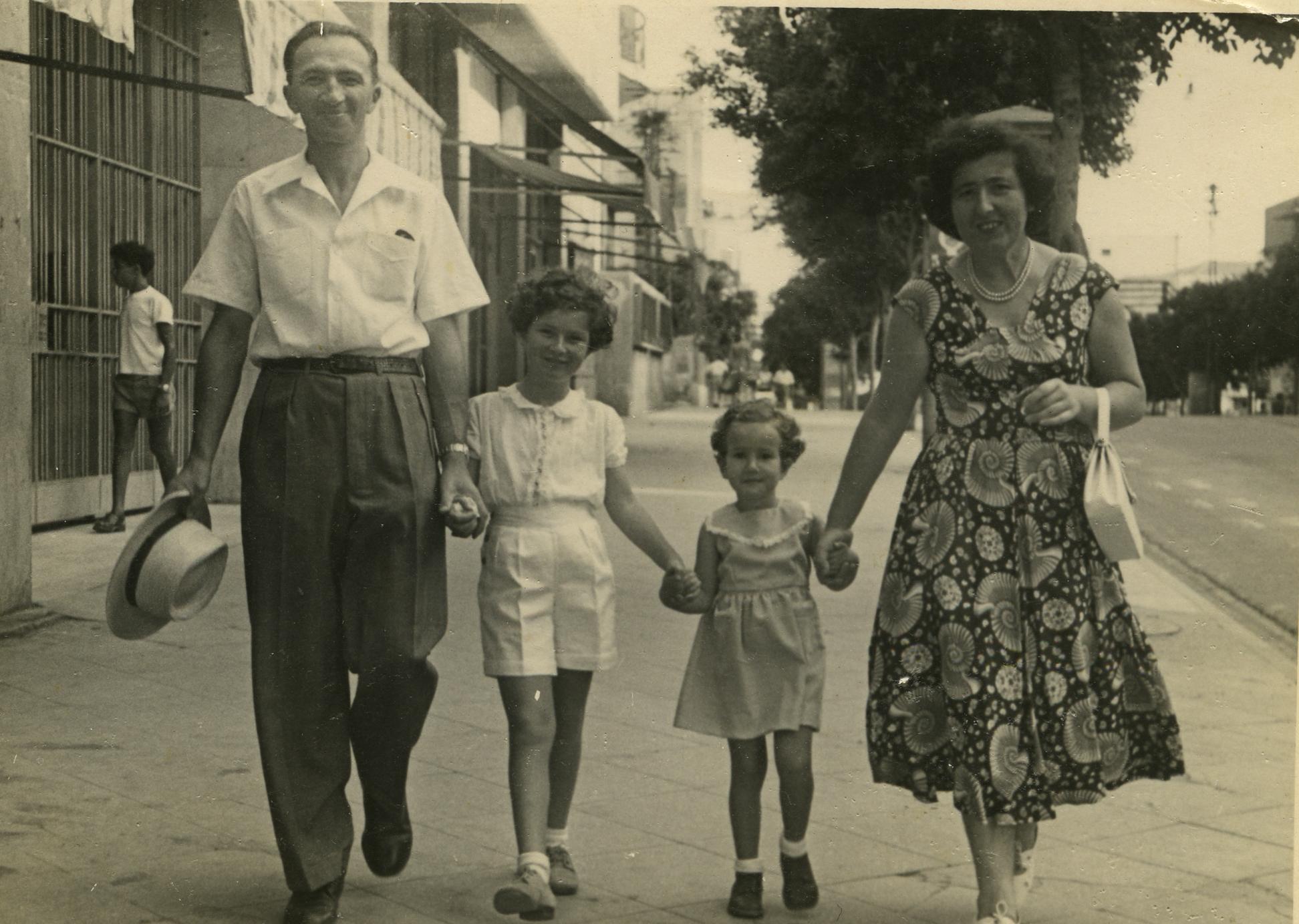 Miriam und David Anavi mit ihren Töchtern Chava und Ilana