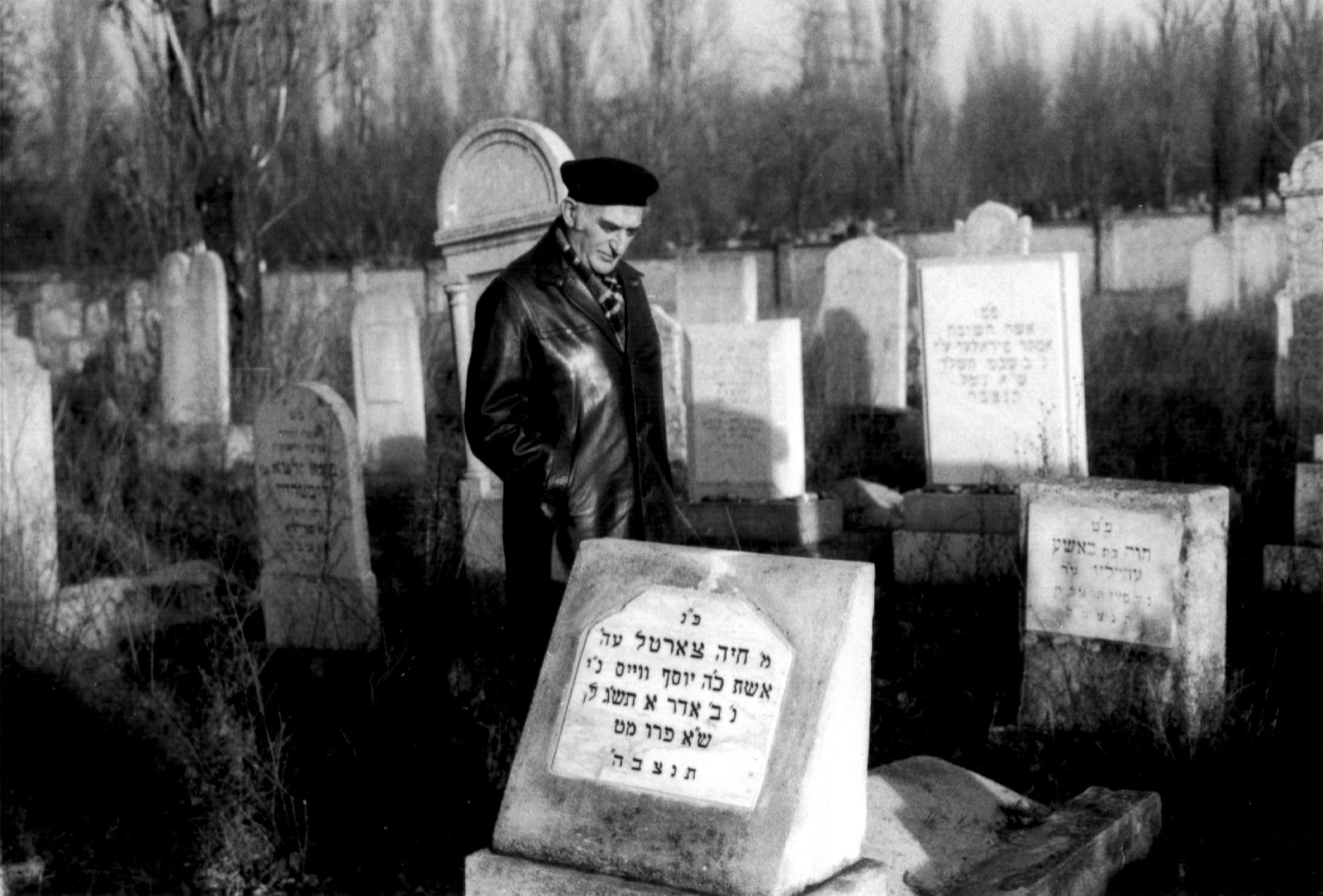 Jozsef Faludi's brother Imre Fogler at his uncle's in-laws' grave