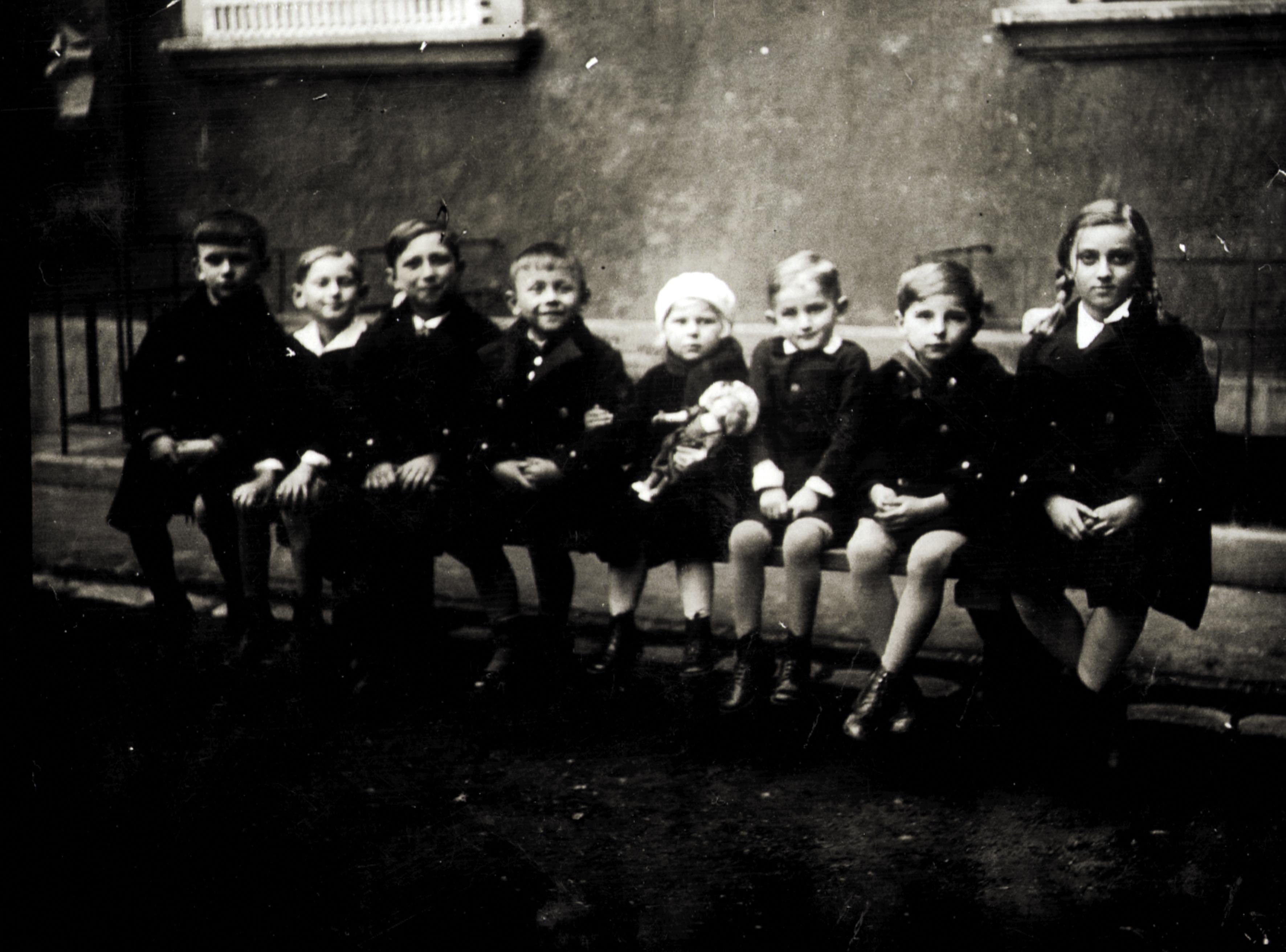 Preisz Györgyné kislányként a barátokkal