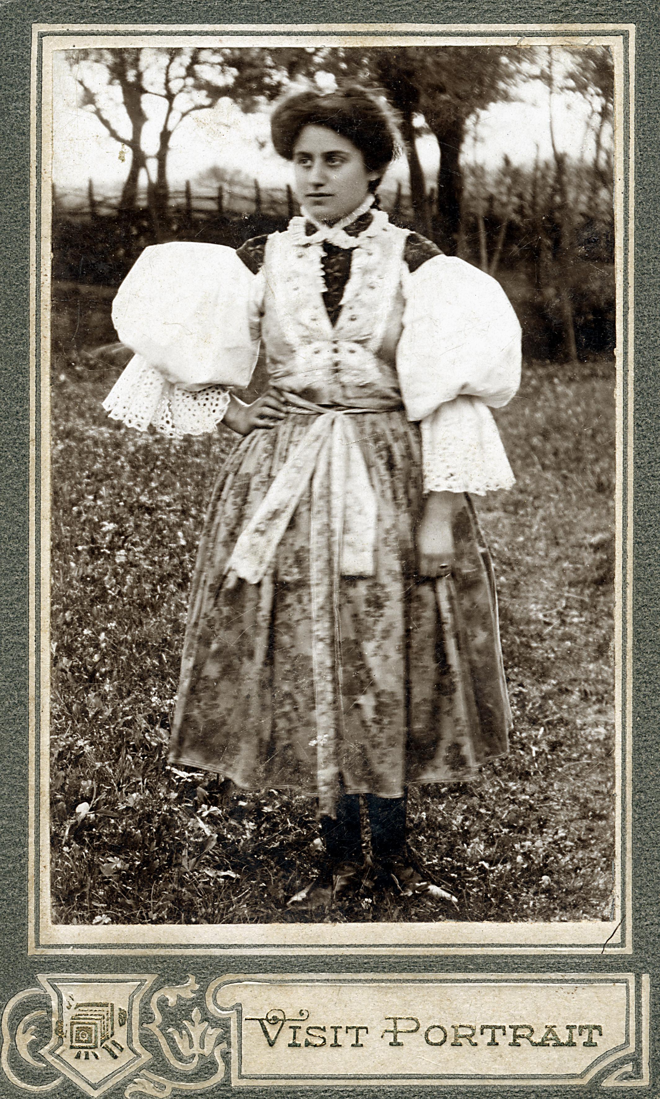Josefine Wolf  mit mährischer Tracht