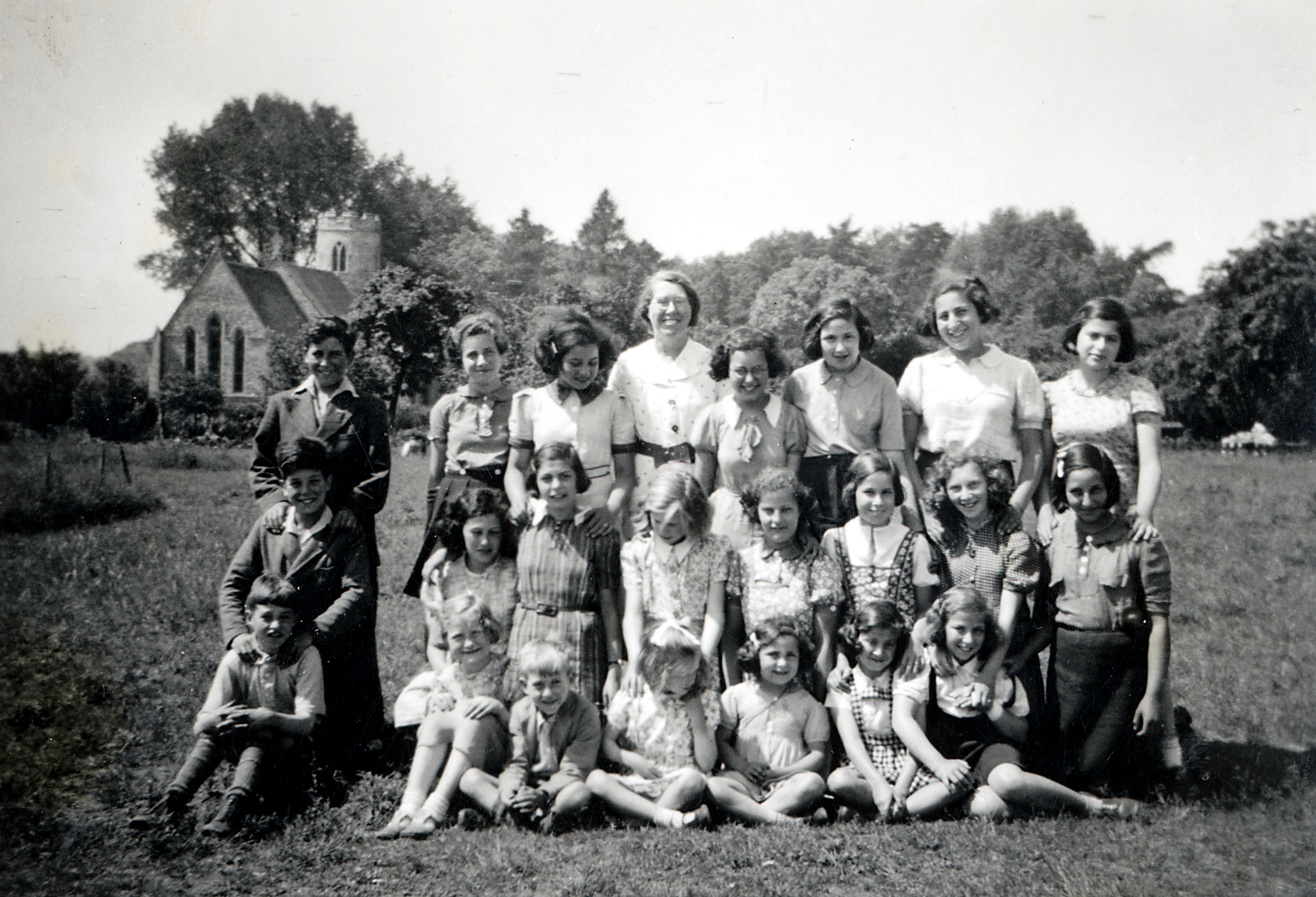 Lilli Tauber and other emigrant children in Cockley Cley, UK