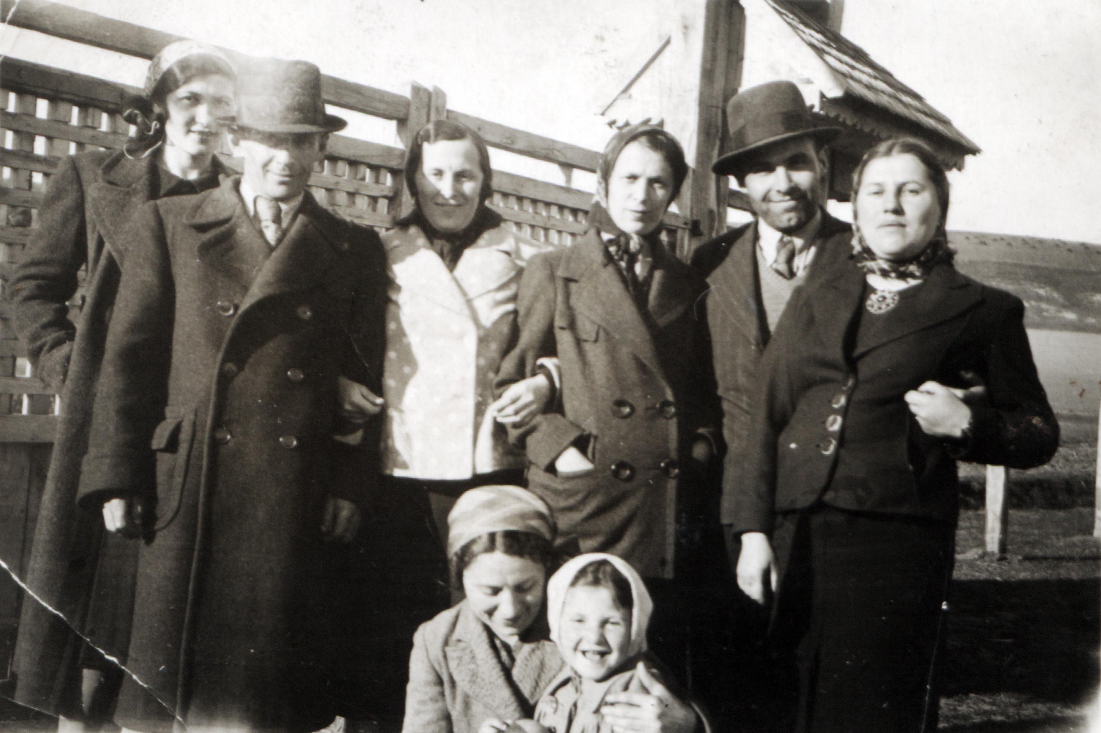 Fülöp Elza testvéreivel és rokonokkal