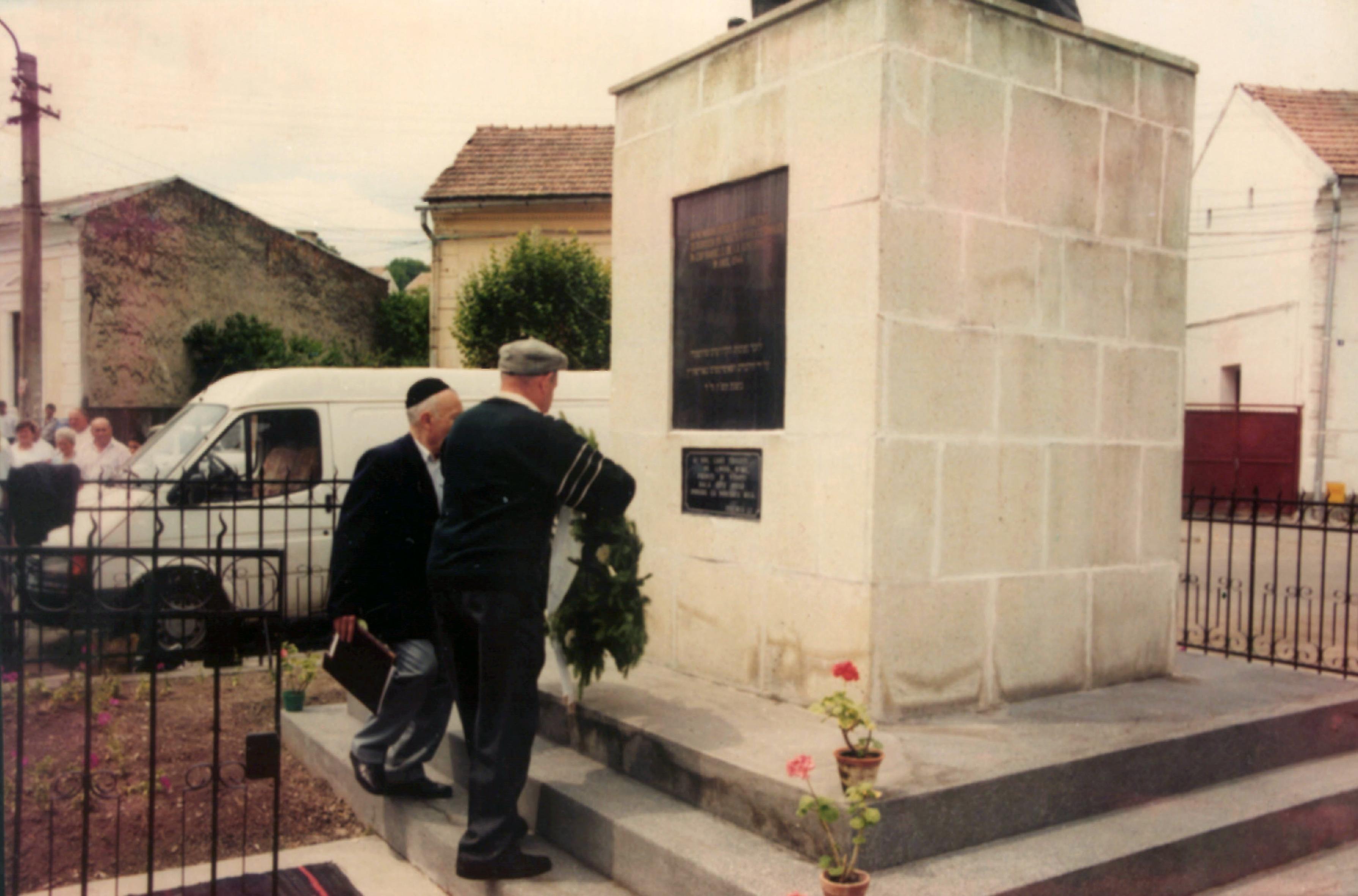 Blum Zoltán és Farkas József a Holokauszt Áldozatainak Emlékmûvénél