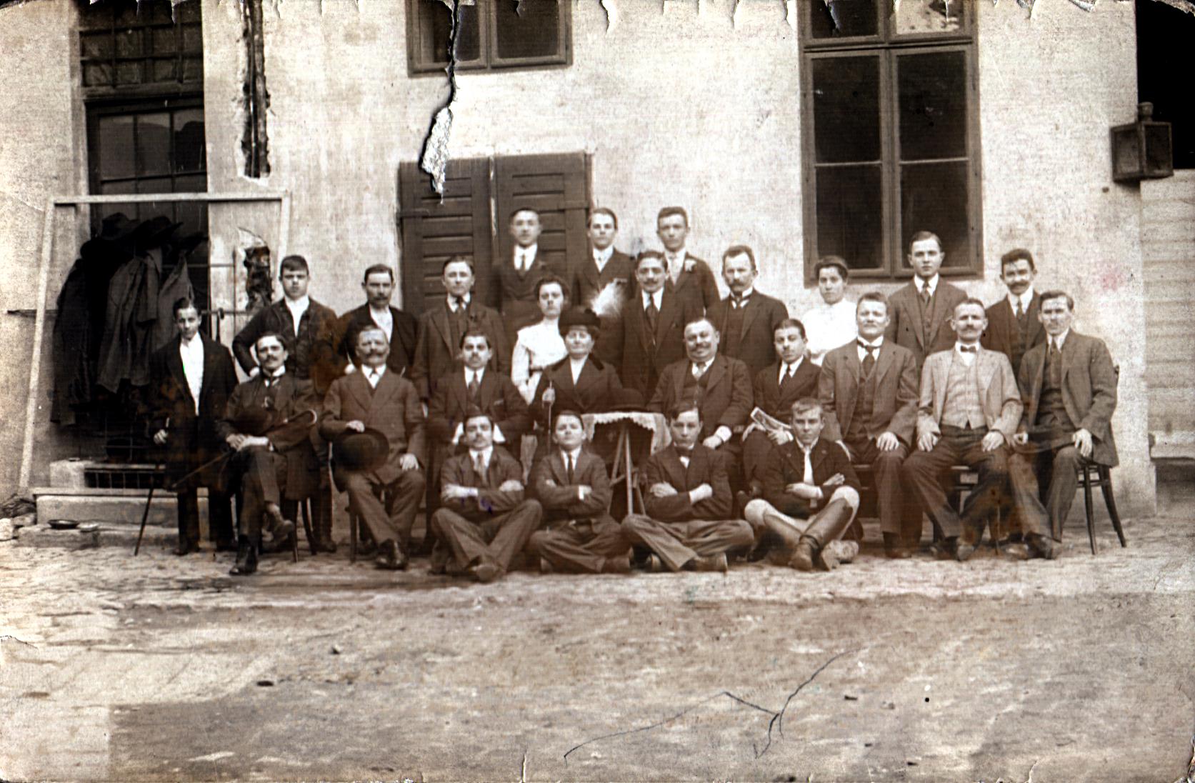 The staff of Ilona Seifert's paternal grandfather Bernat Riemer's bakery