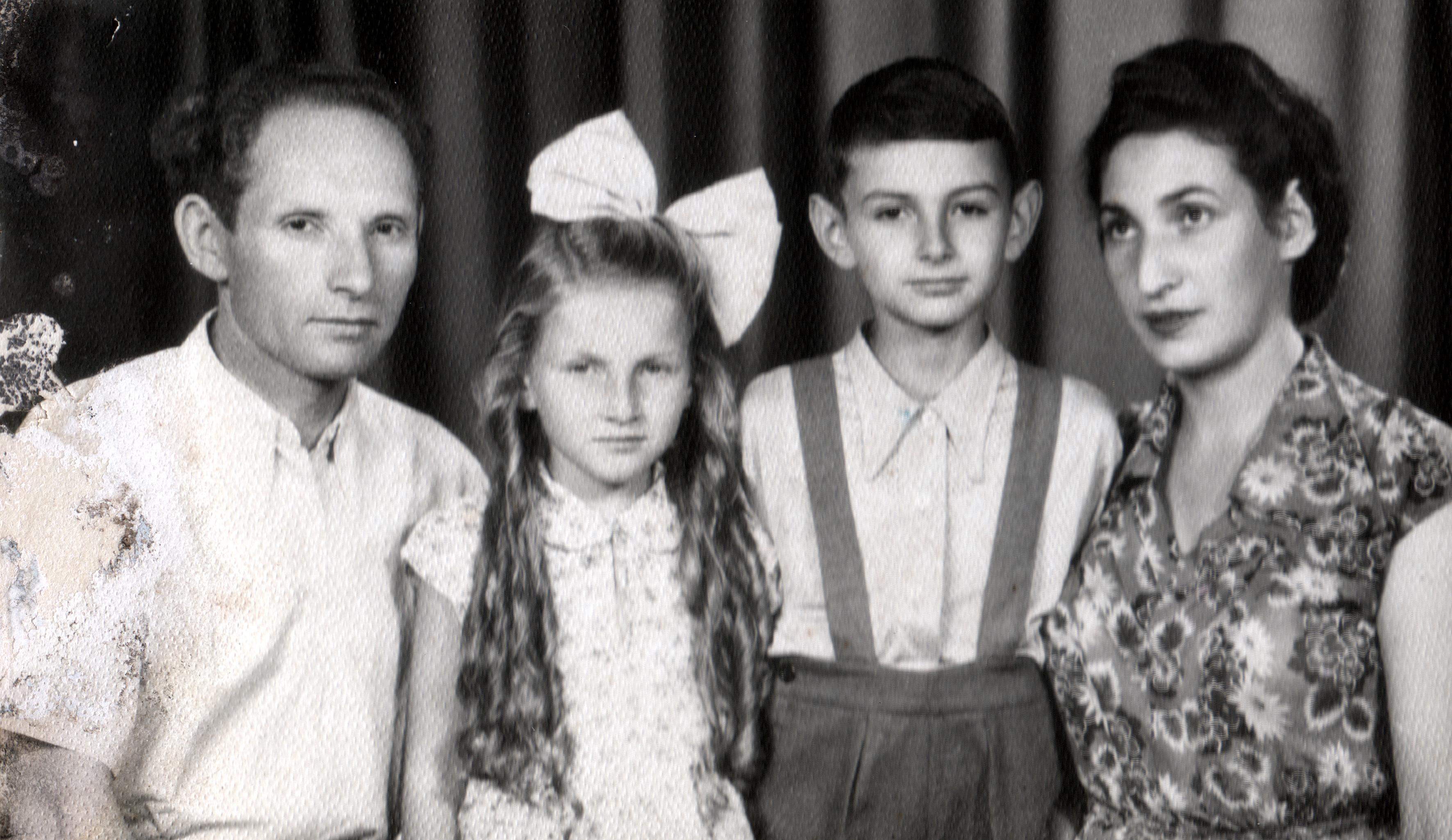 Singer Henrik feleségével és gyermekeivel