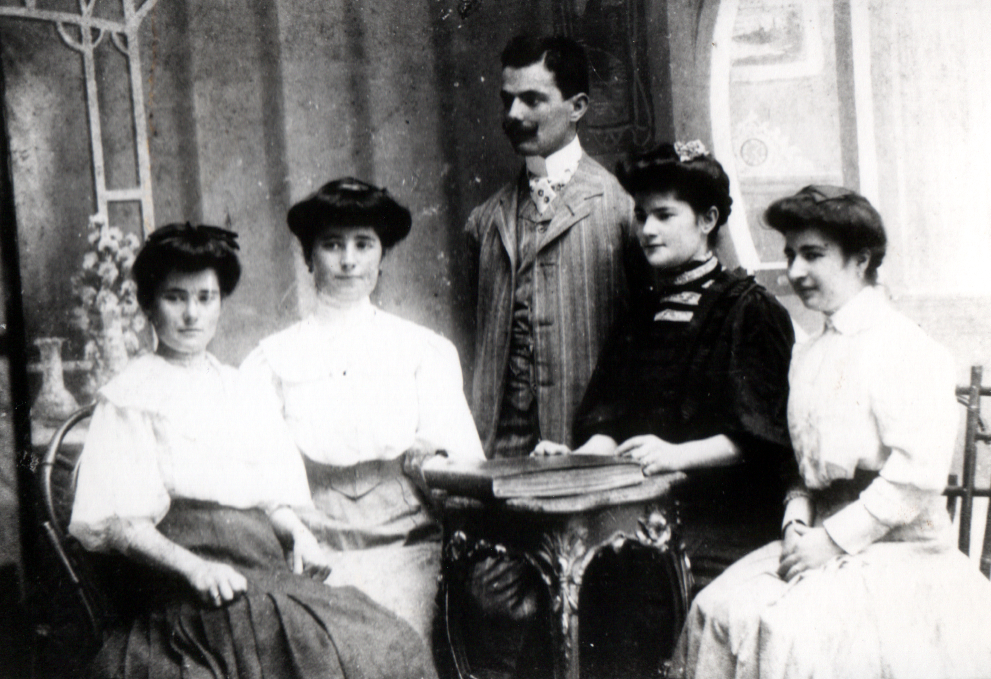 Izidor Weiss with his siblings
