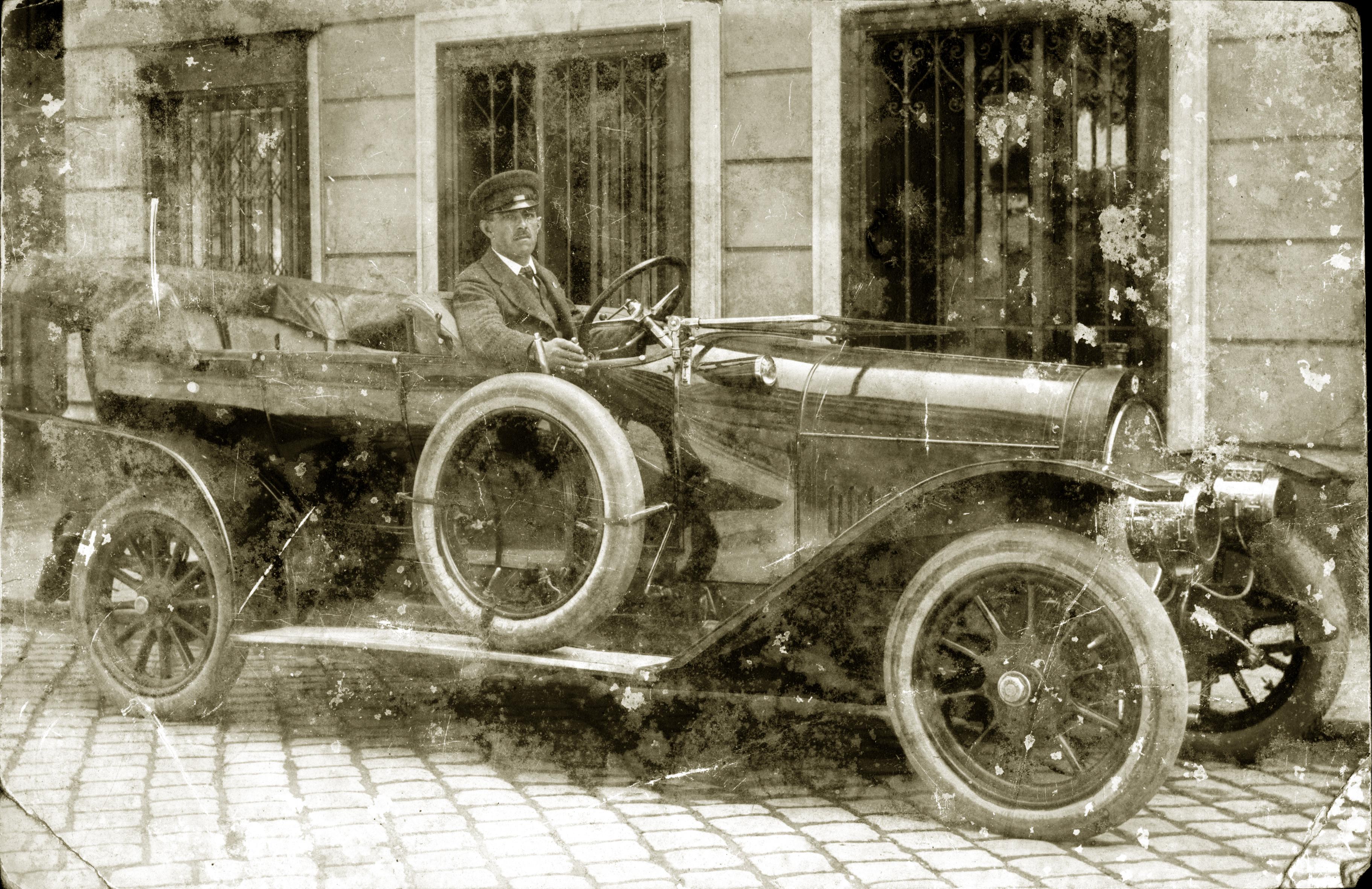 Chauffeur Alfred mit dem Auto der Familie Brill