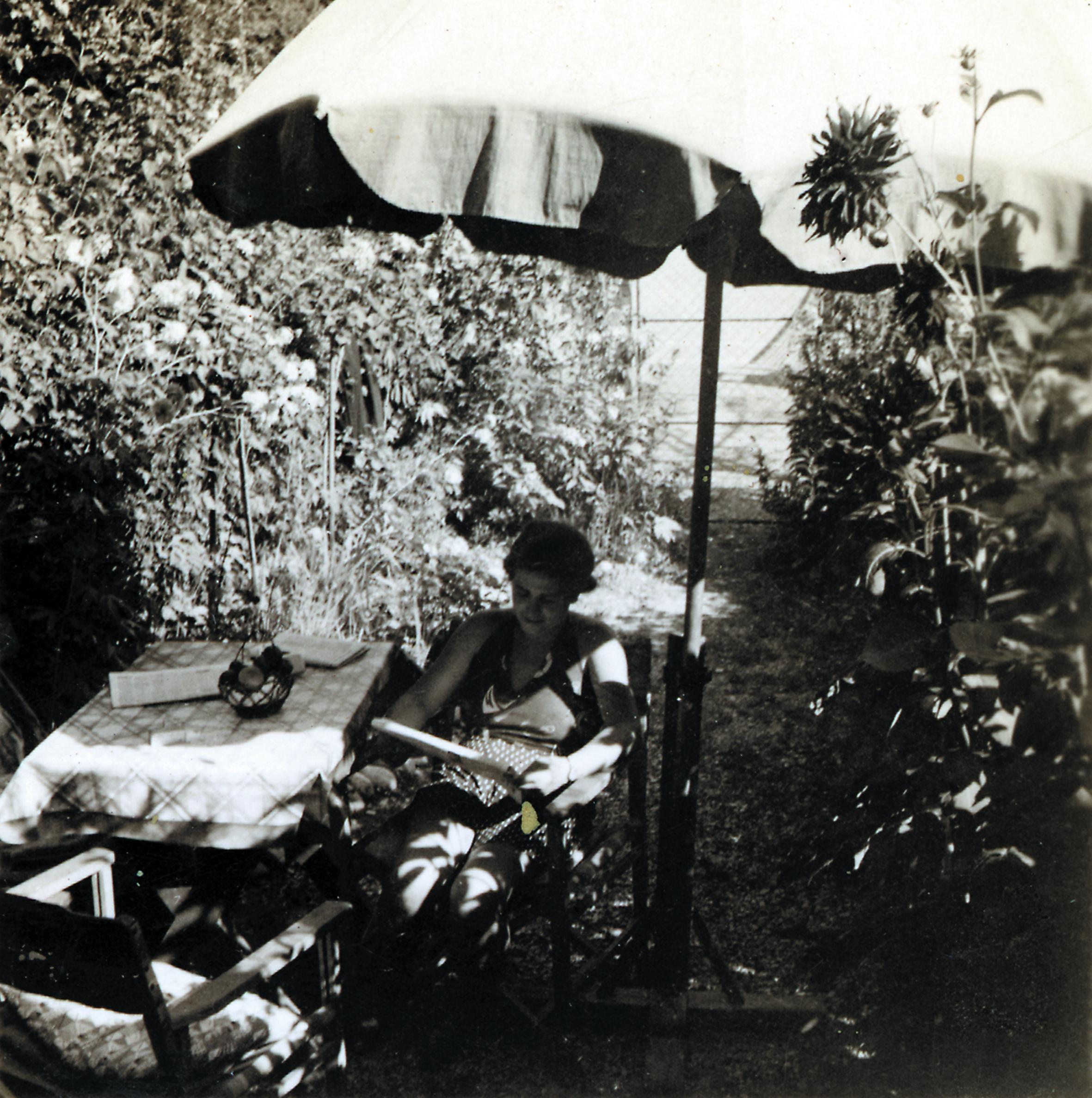 Luise in ihrem Garten in Kritzendorf