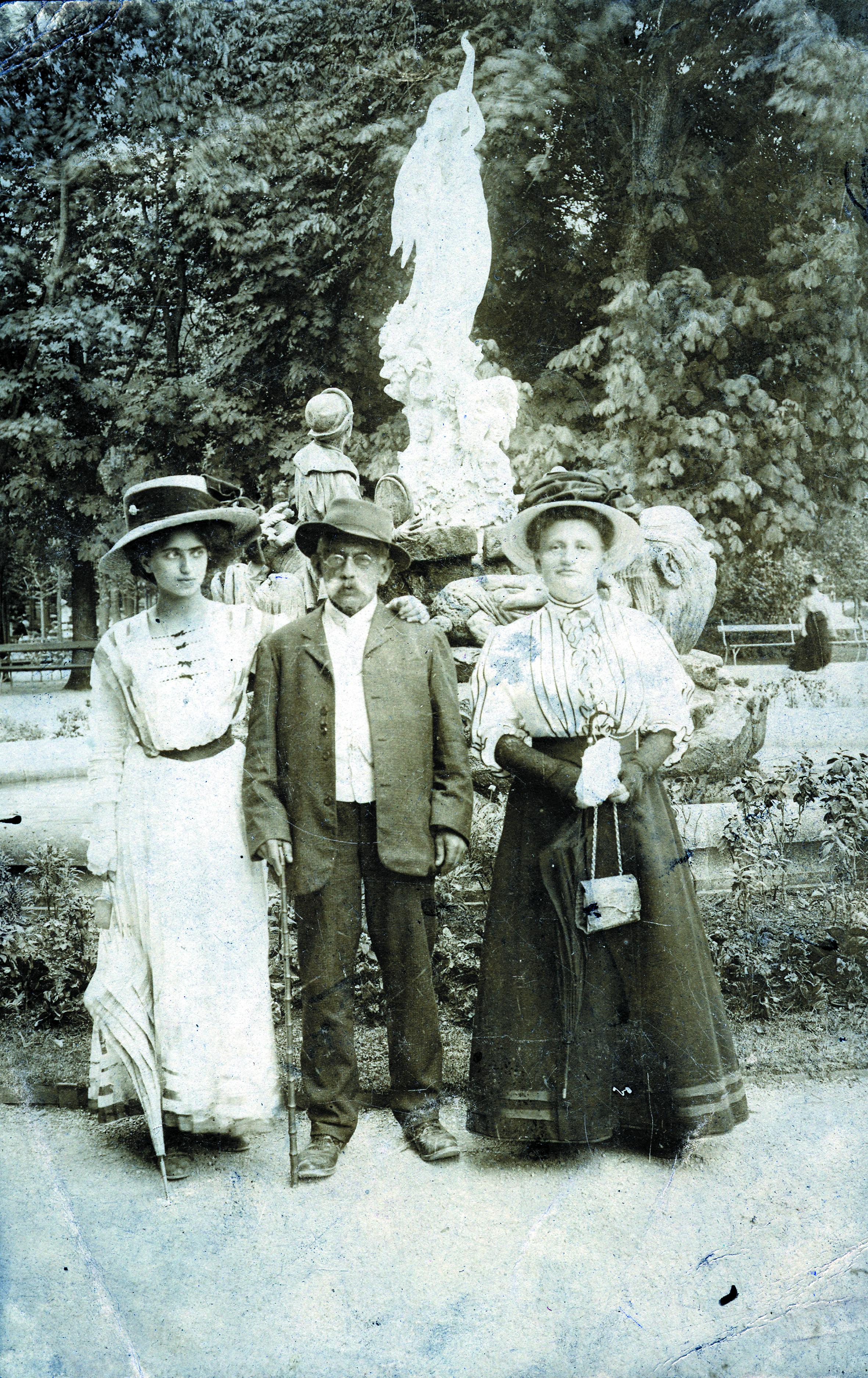 Flora Fleischer mit ihrem Grossvater und Mathilde