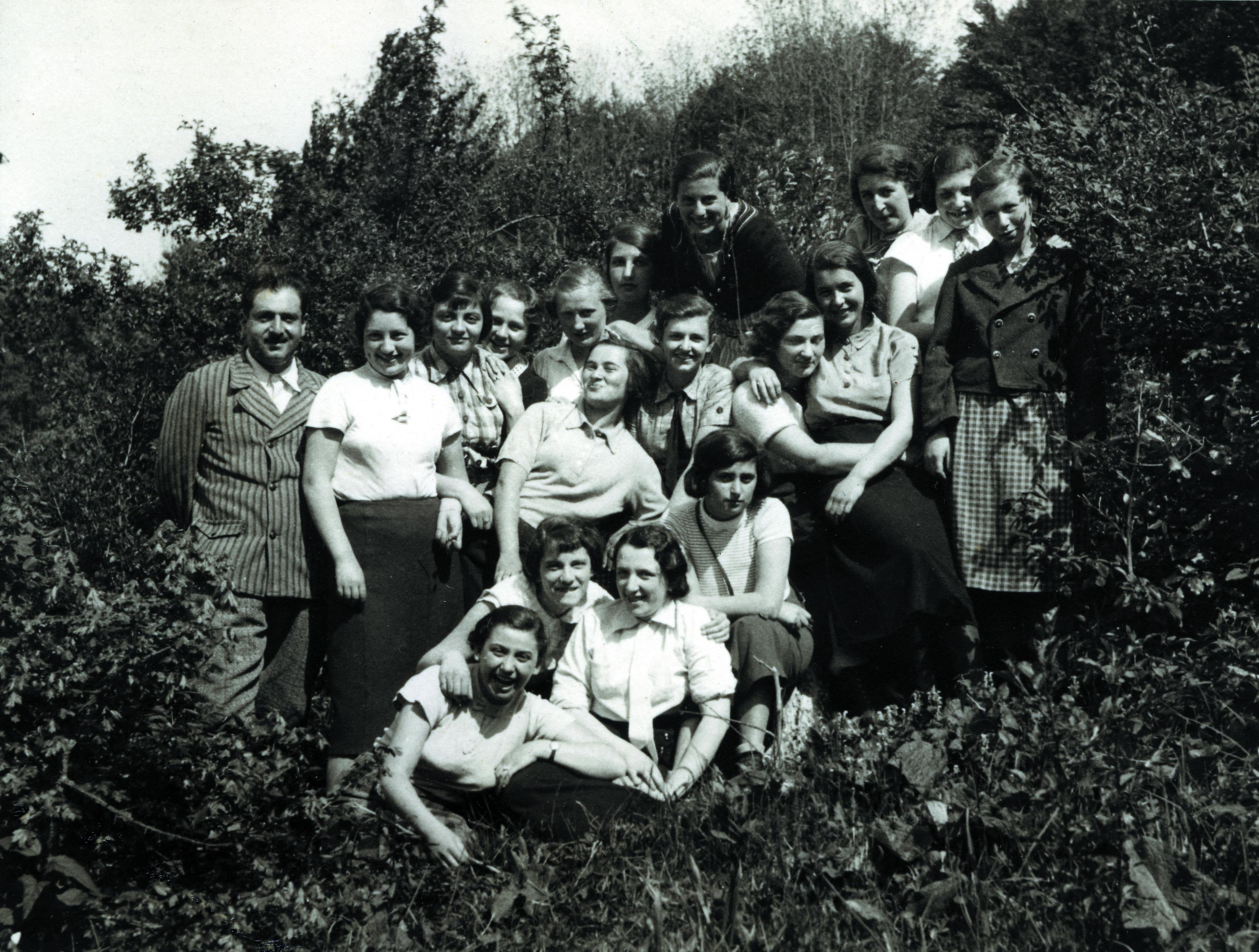 Manfred Papo mit einer Schulklasse beim Wandertag