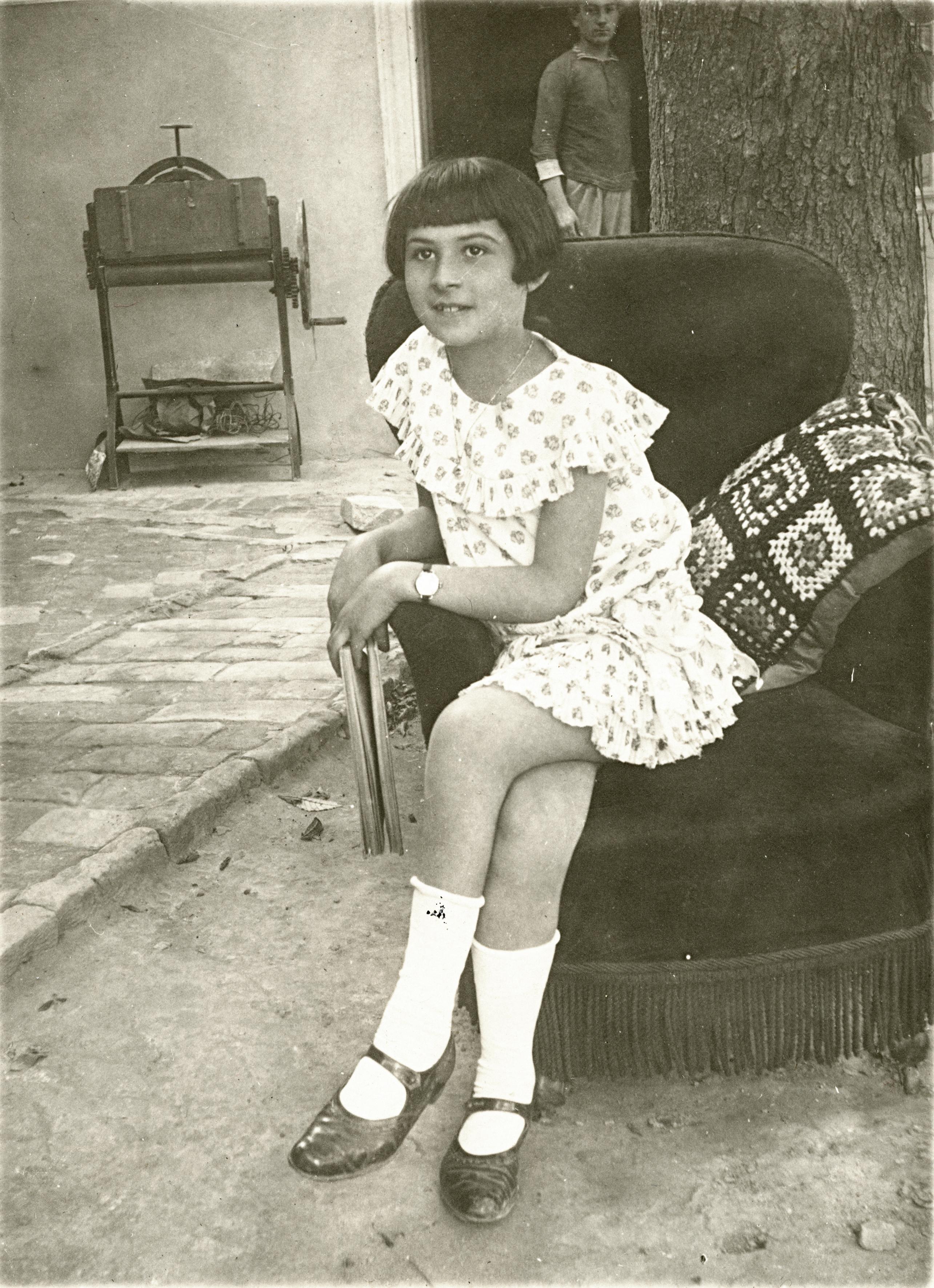 Sz. Lajosné tíz évesen a házuk udvarán