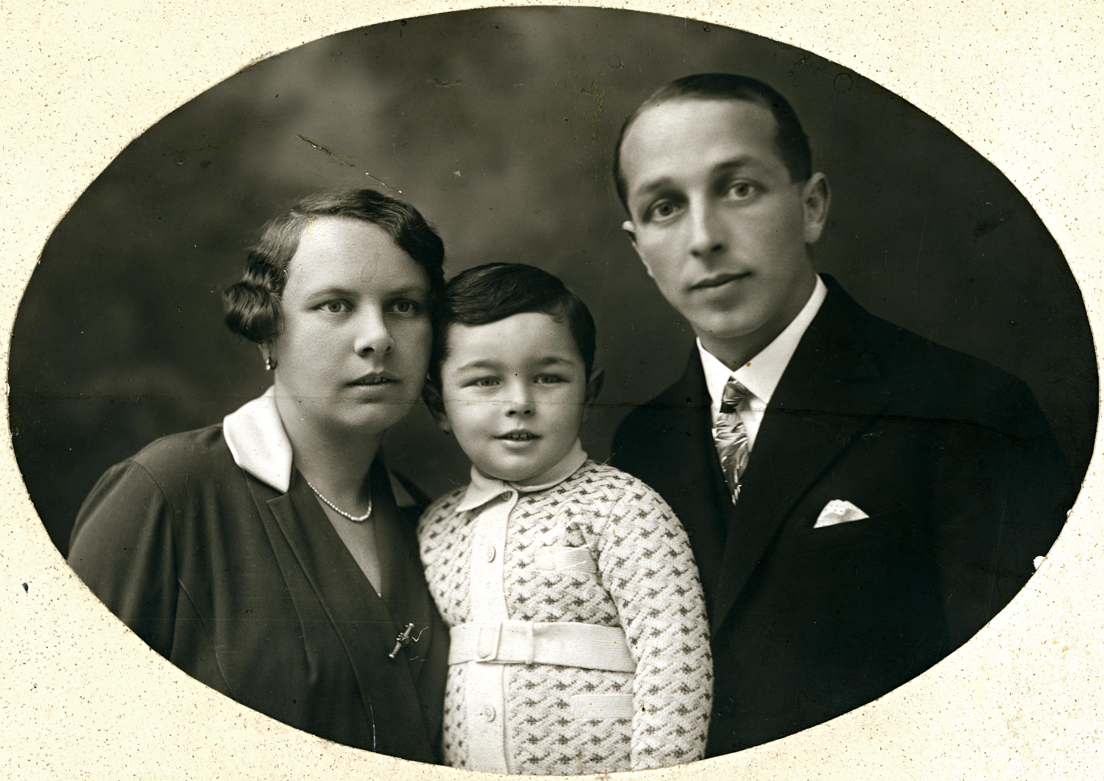Dr. Menczel Félix feleségével és fiával
