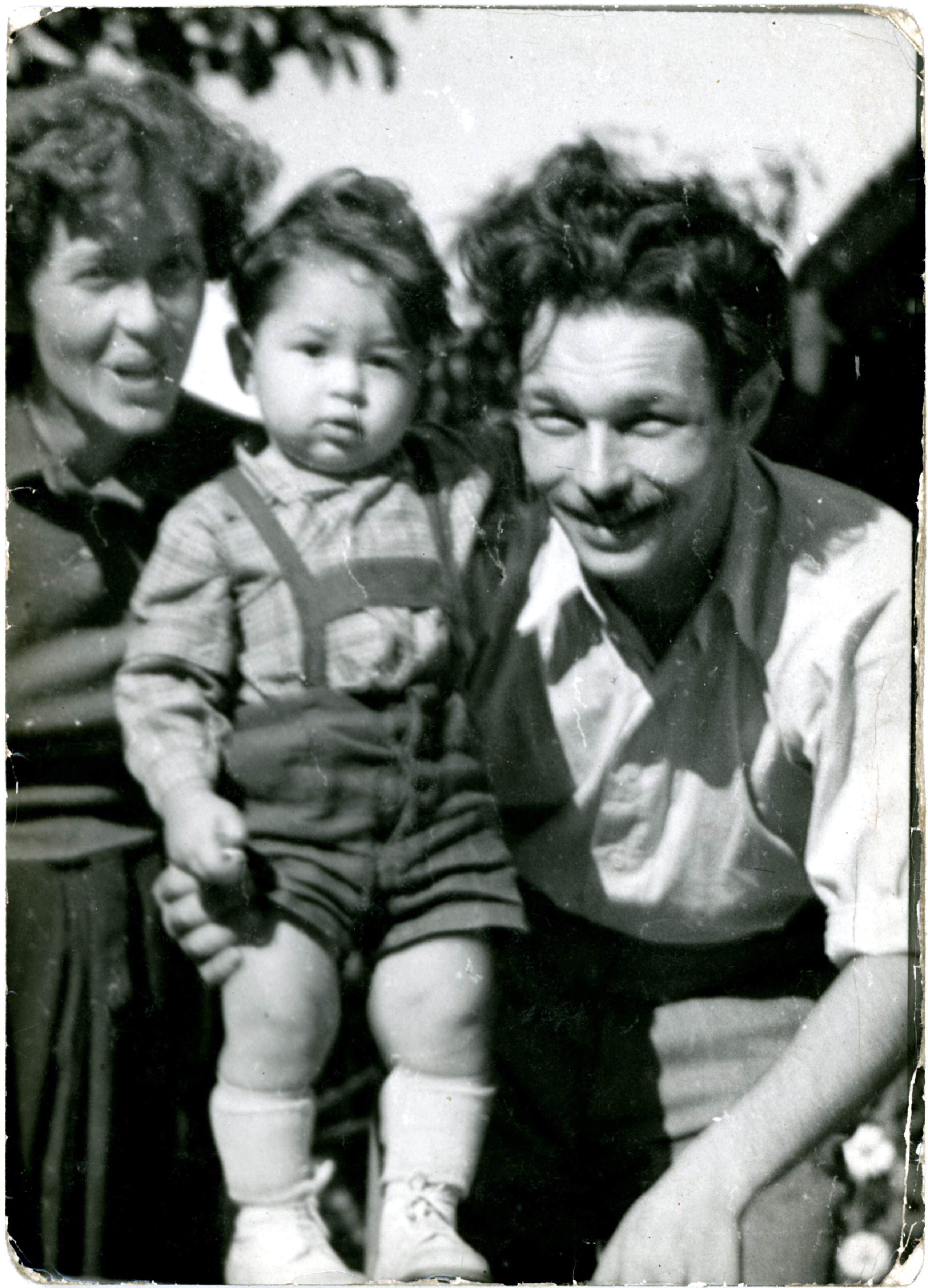 Menczel János elsõ feleségével és fiával