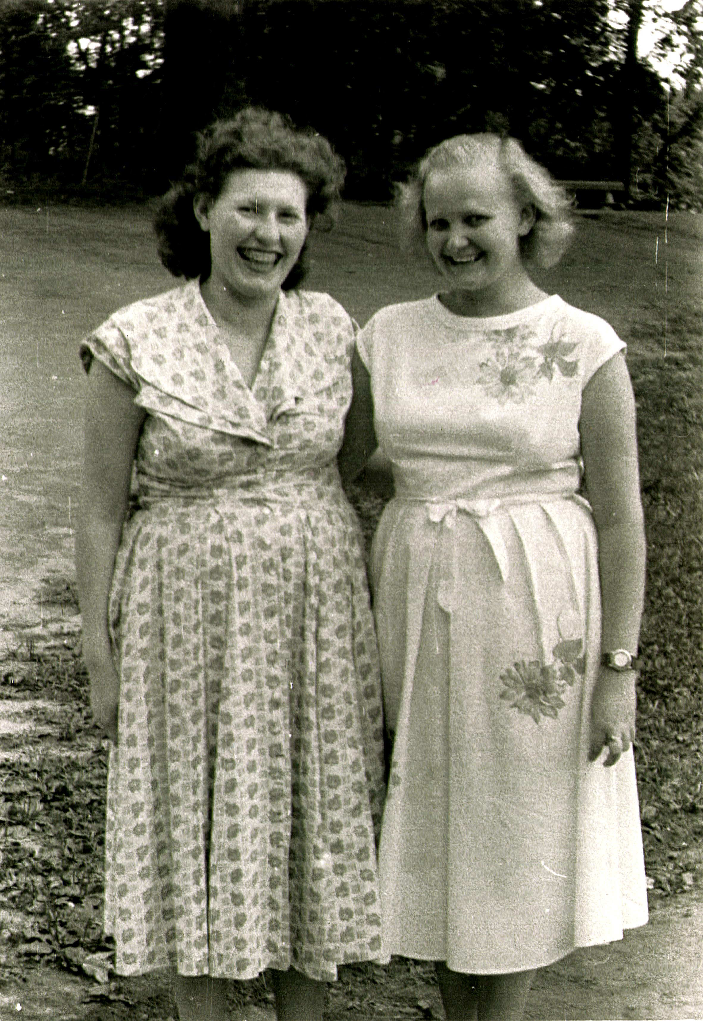 Lóránt Istvánné gyerekkori barátnõjével