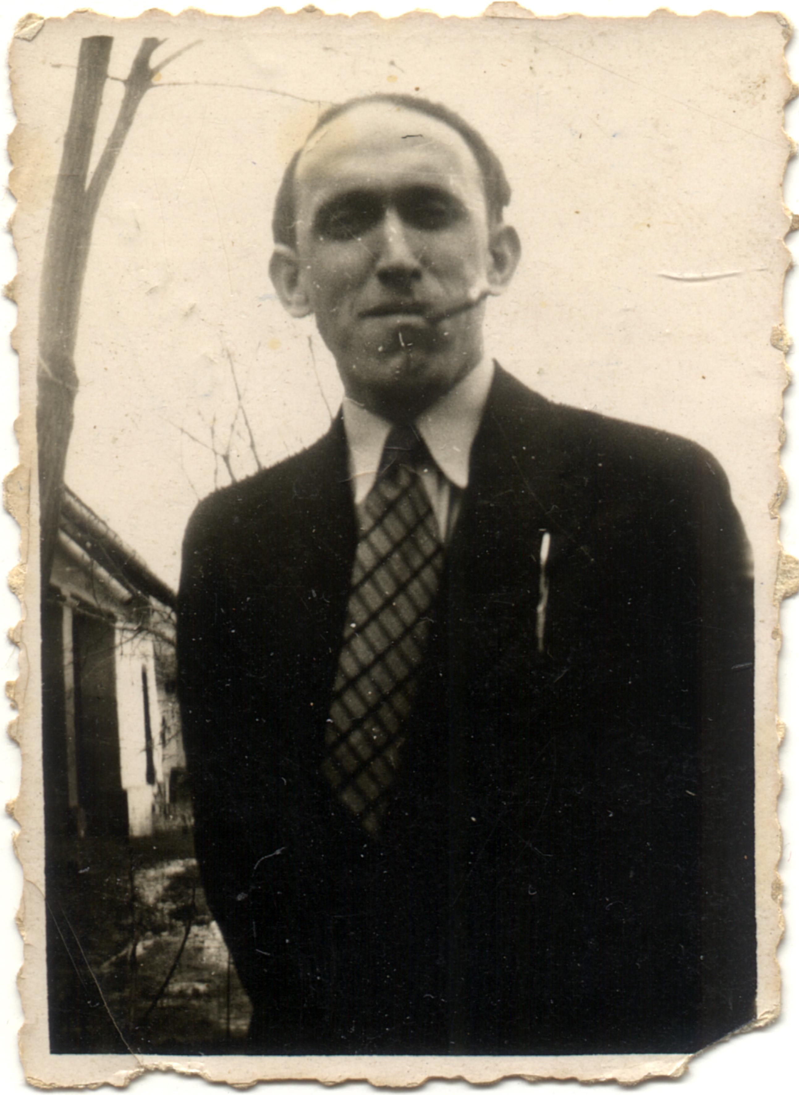 Kertész Endre cigarettával
