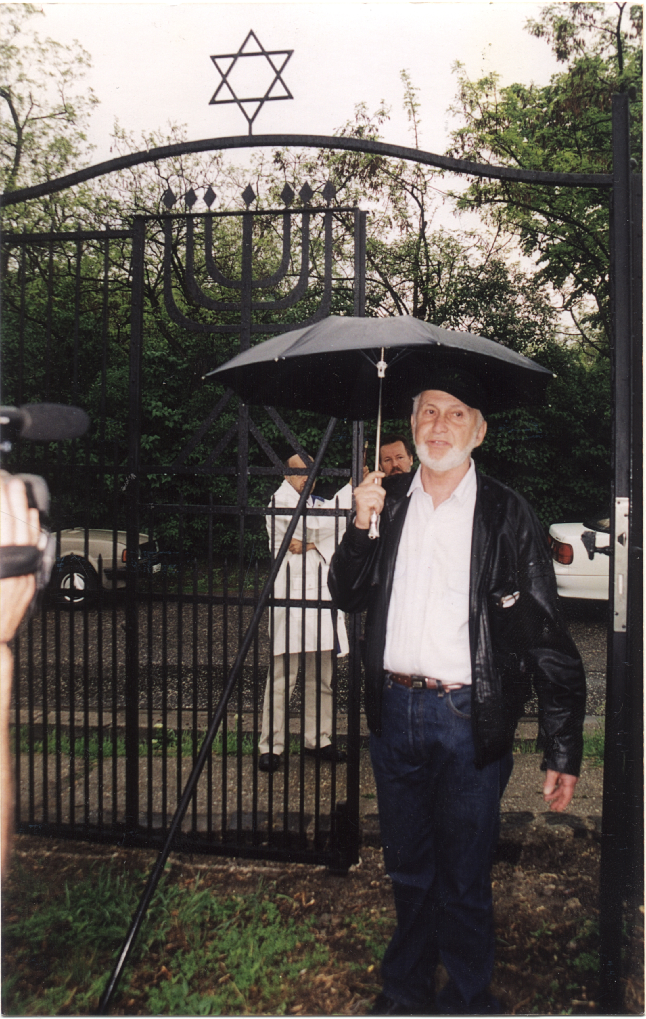 Kertész Péter a szentendrei zsidó temetõ bejáratánál