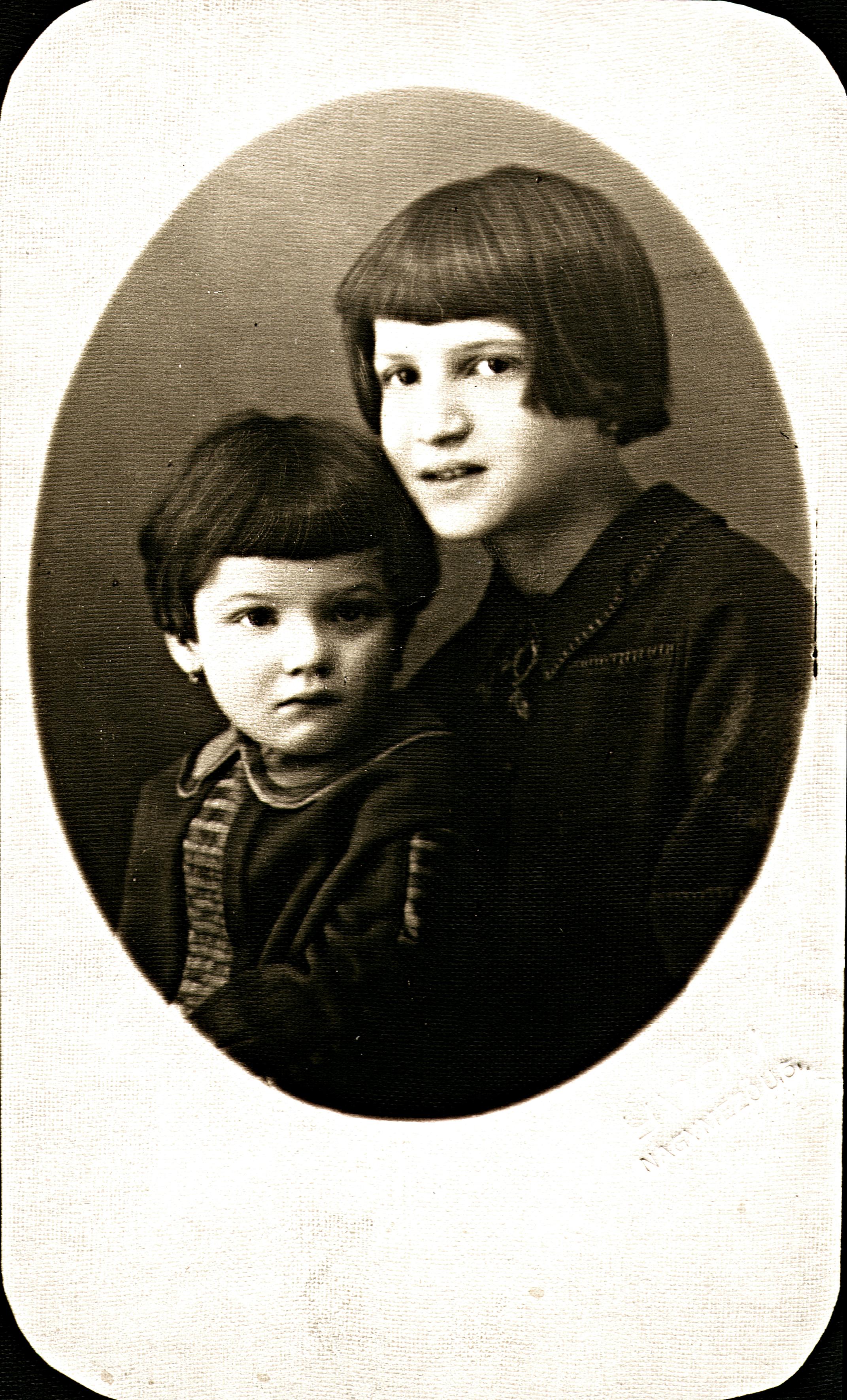 Az ötéves Gazda Tamásné Klára nõvérével