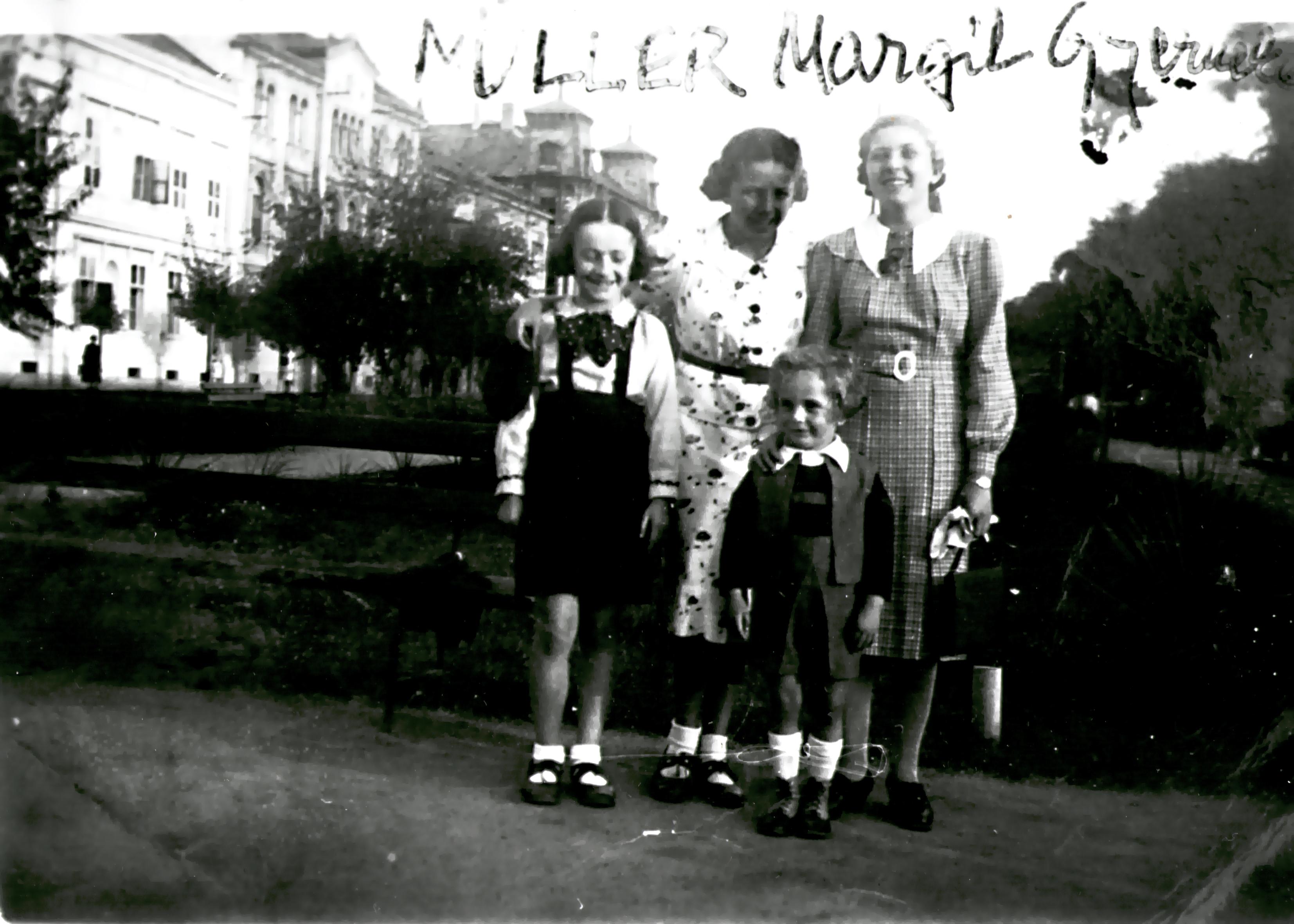 Dóczi Sándorné kislánykorában rokonaival