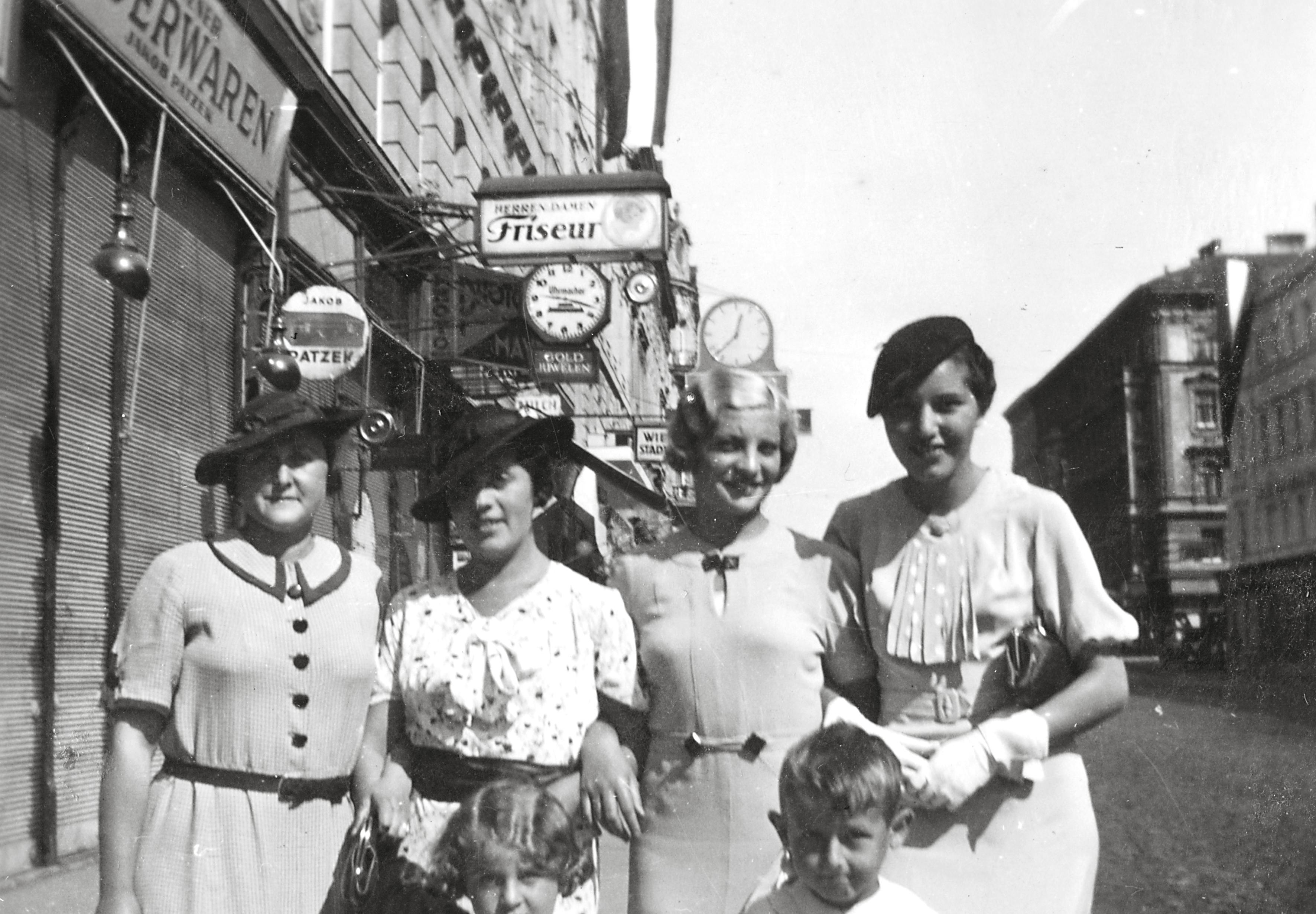 Trude Scheuer mit ihrer Familie vor dem Krieg in Wien